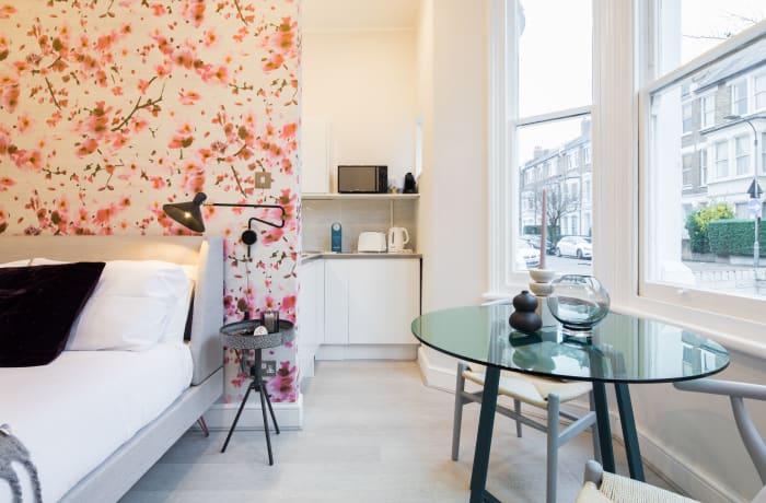 Apartment in Lena Gardens I, Hammersmith - 4