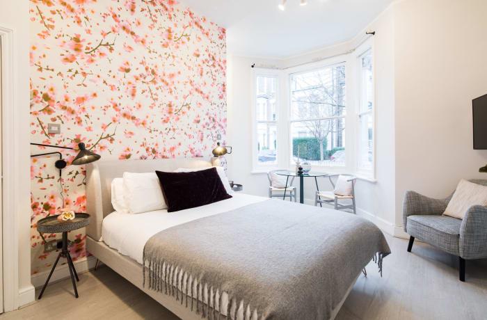 Apartment in Lena Gardens I, Hammersmith - 1