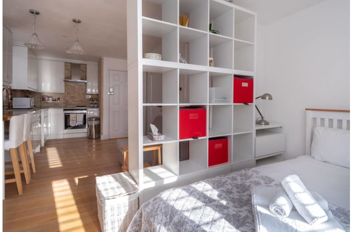 Apartment in Contemporary Queens Park, City of London - 1