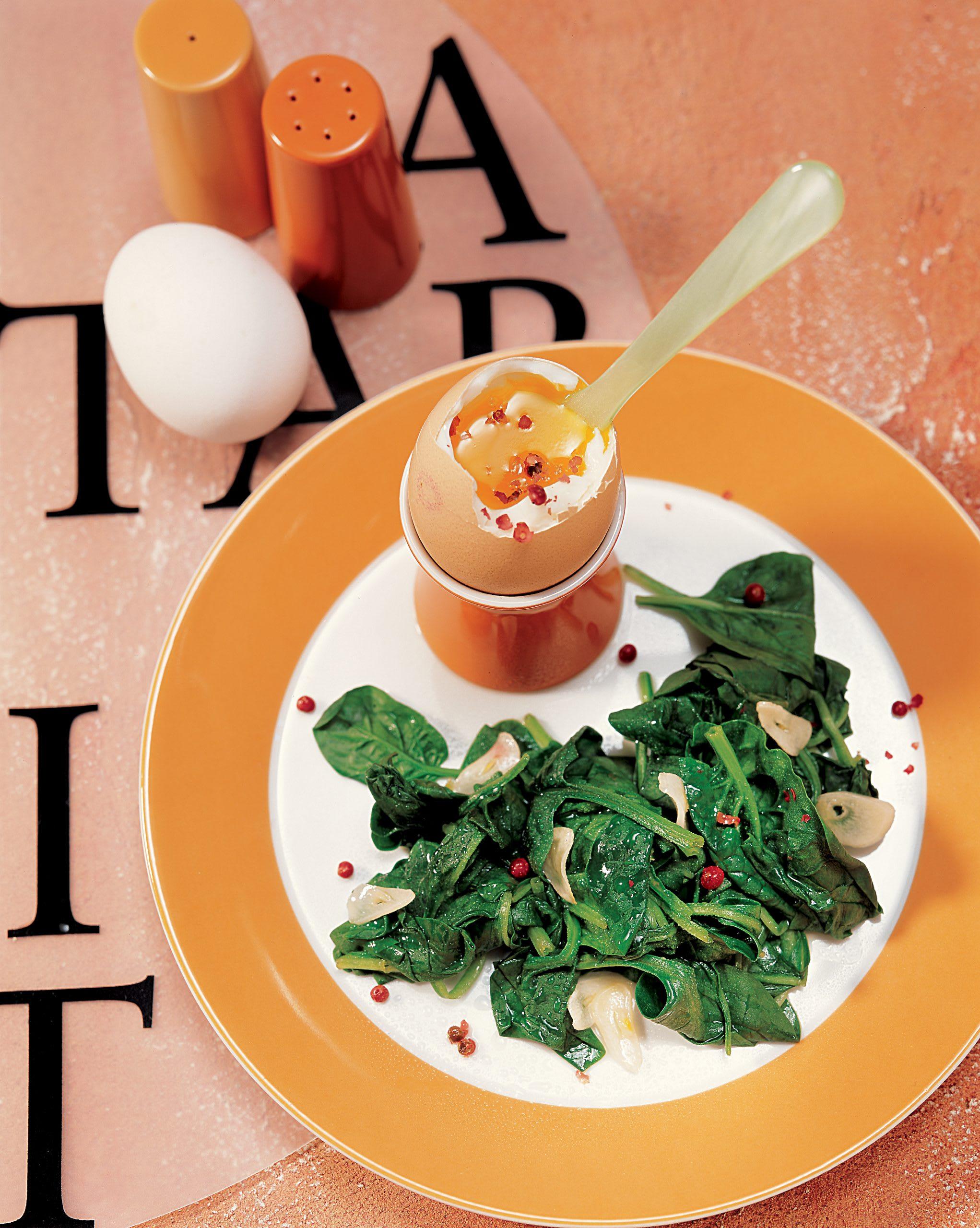 4-Minuten-Ei mit Blattspinat