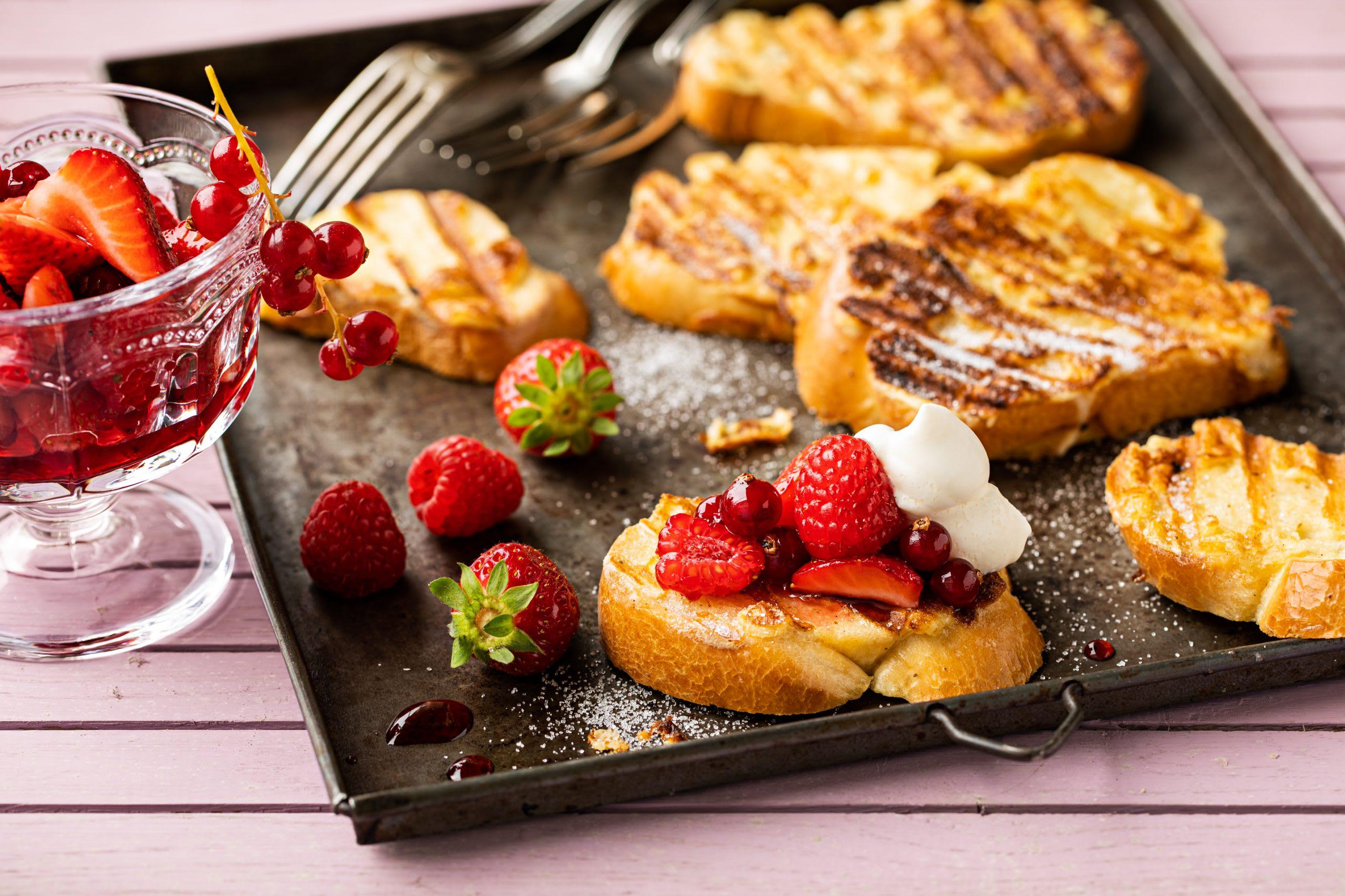 French Toast vom Grill mit Beeren
