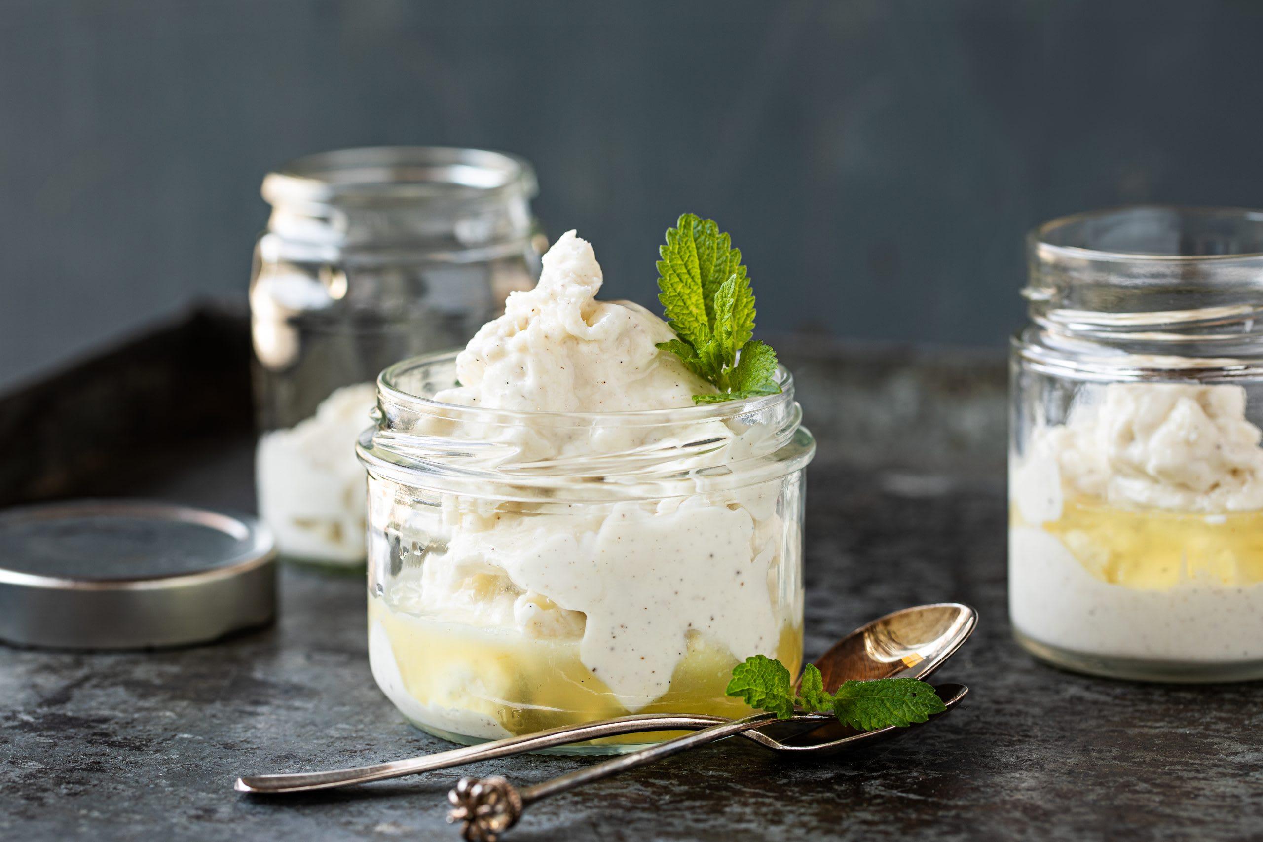 Vanille-Frozen-Yogurt mit Holunderblütensirup