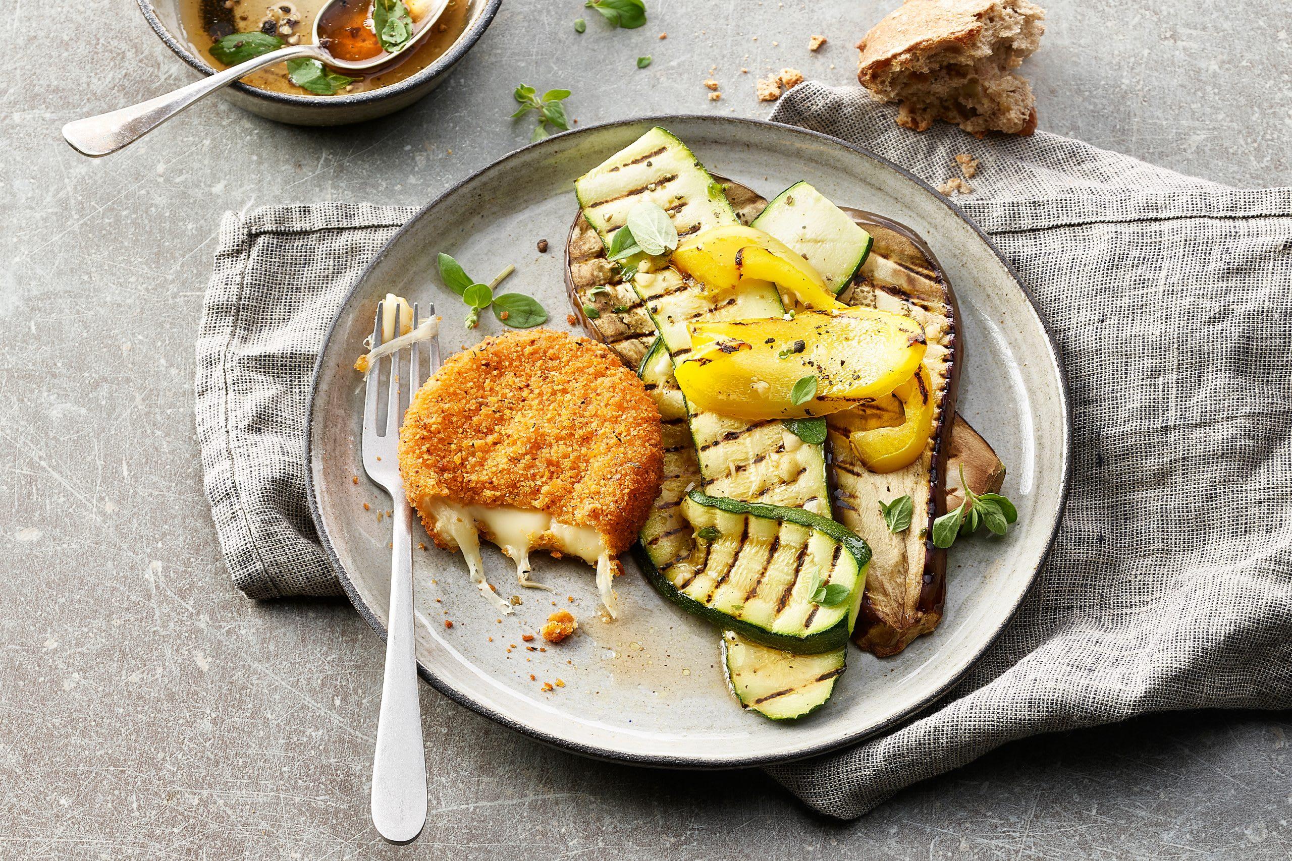 Grillierter Gemüsesalat mit paniertem Grillkäse