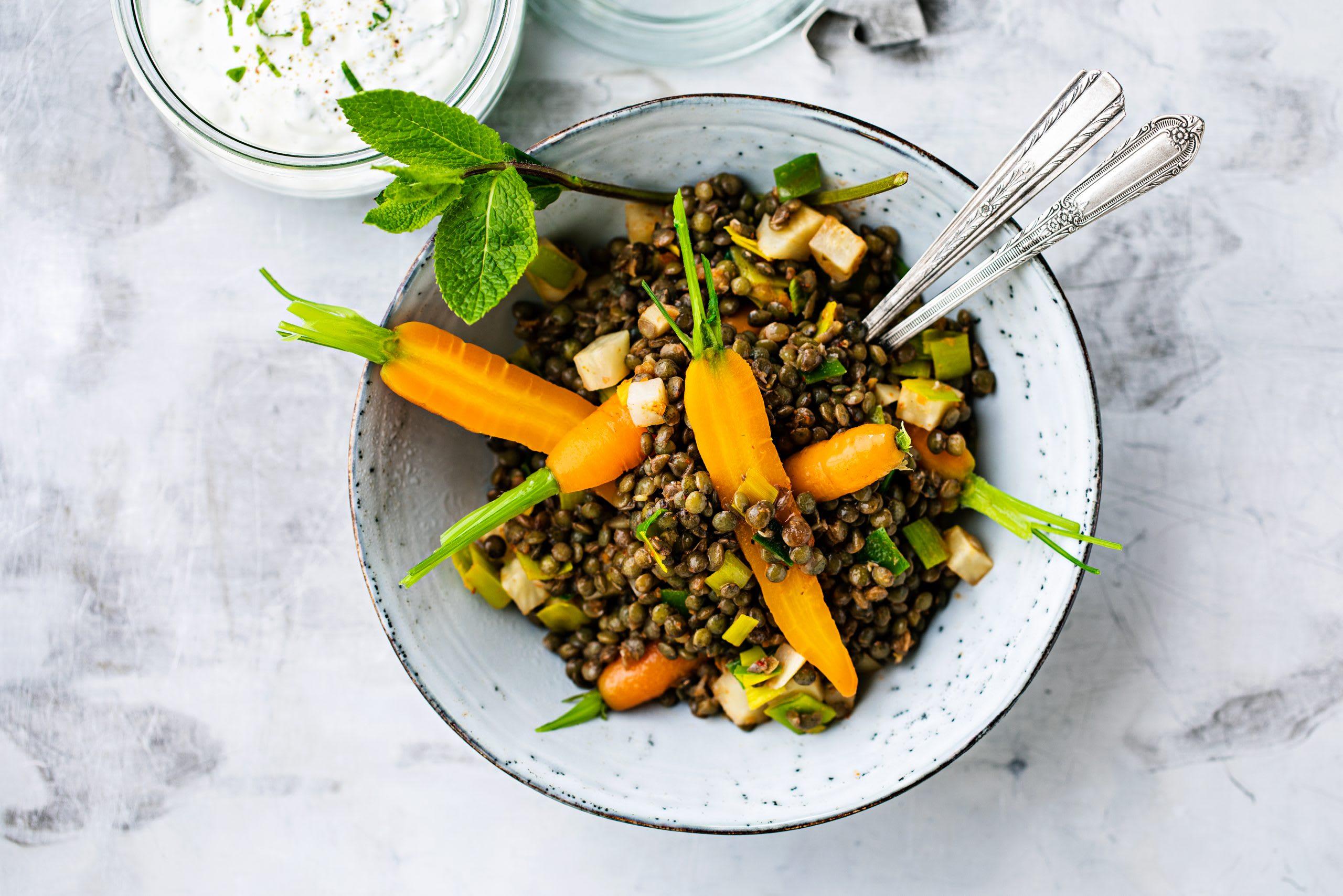 Linsen-Gemüse-Pfanne mit Pfefferminz-Joghurt (Low Carb)