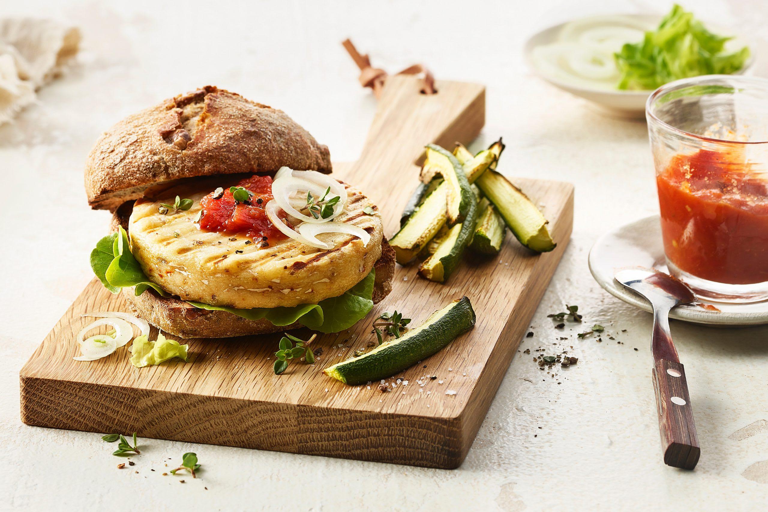 Grillkäse-Burger mit Zucchini-Pommes (Veggie-Burger)