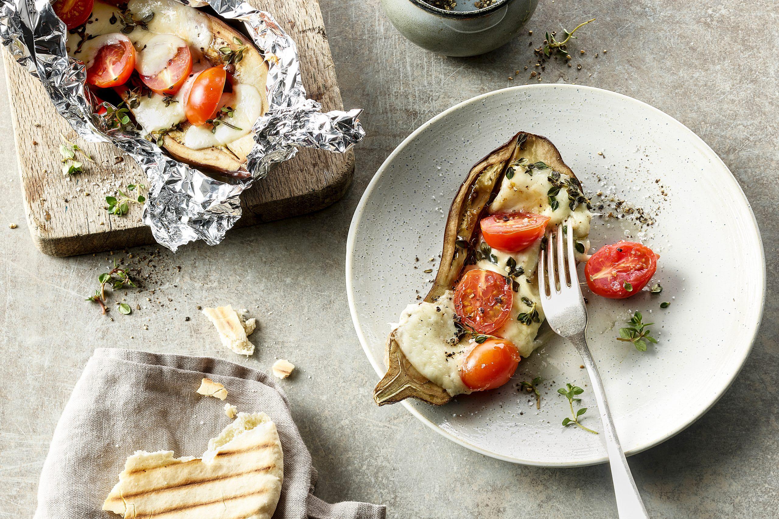 Gefüllte Aubergine mit Tomaten und Mozzarella vom Grill