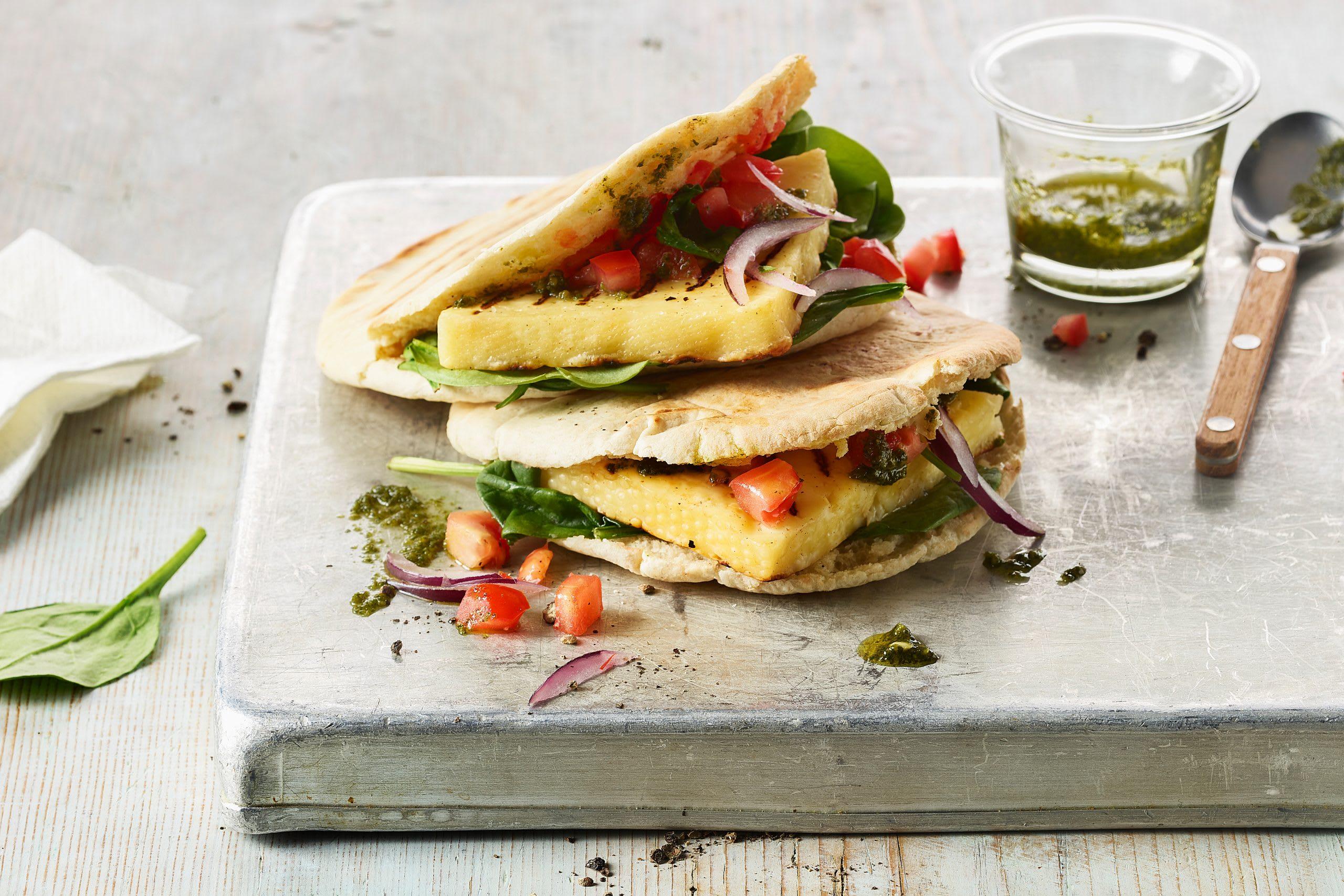 Sandwich au fromage grillé, aux épinards et aux tomates (avec pain pita)