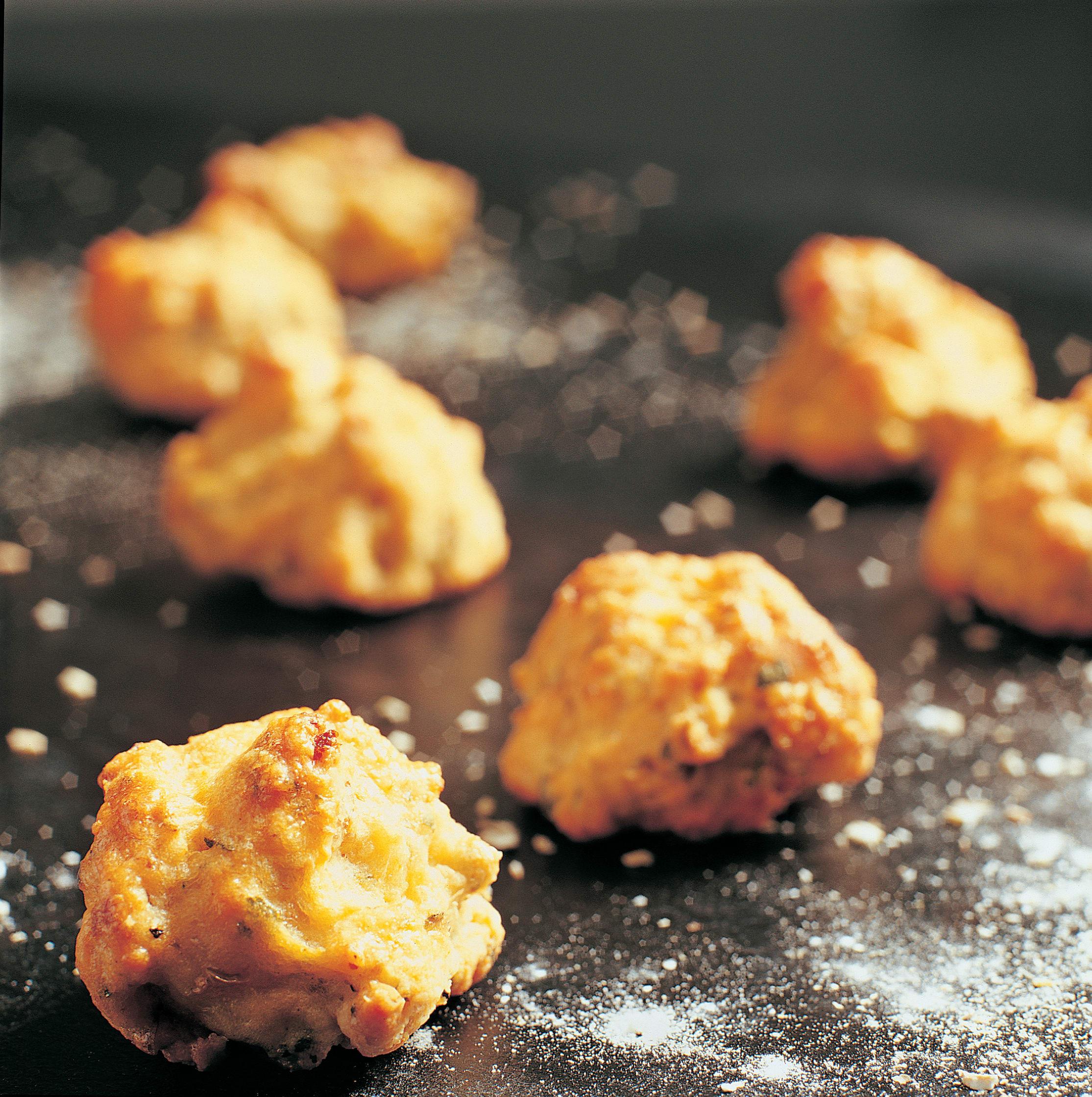 Apérobrötchen mit Nusswurst und Käse