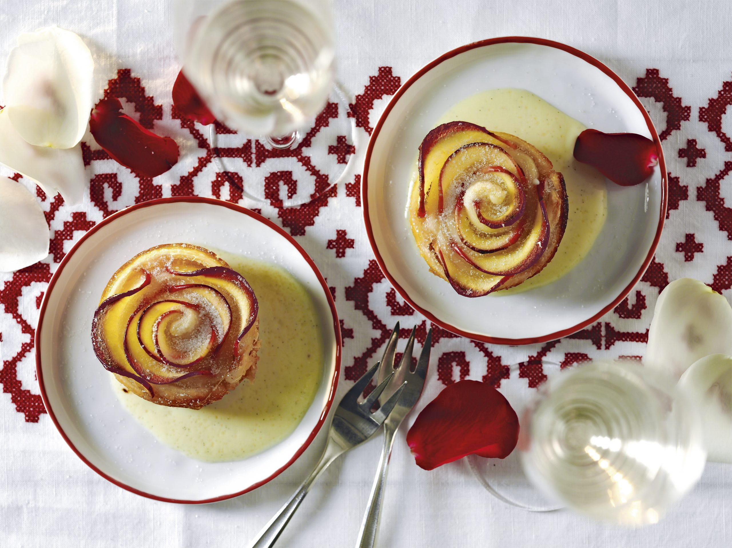 Apfel-Rosen mit Vanillesauce