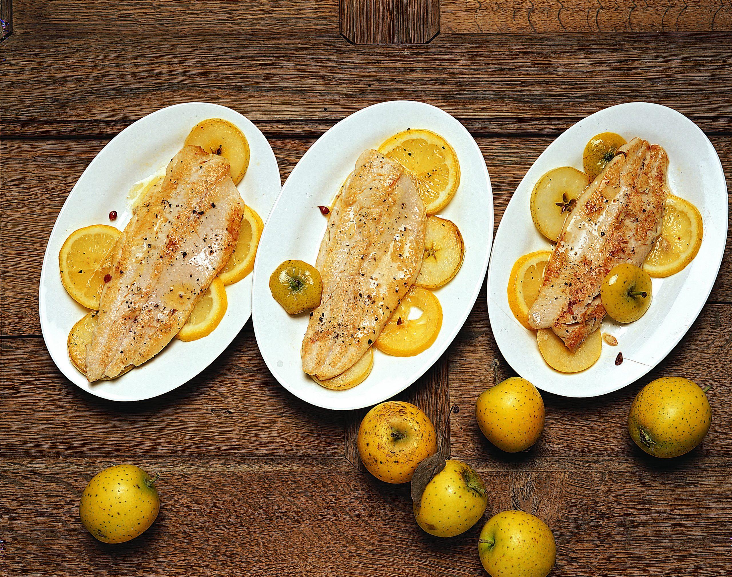 Apfel-Zitronen-Ringe mit Forellenfilets