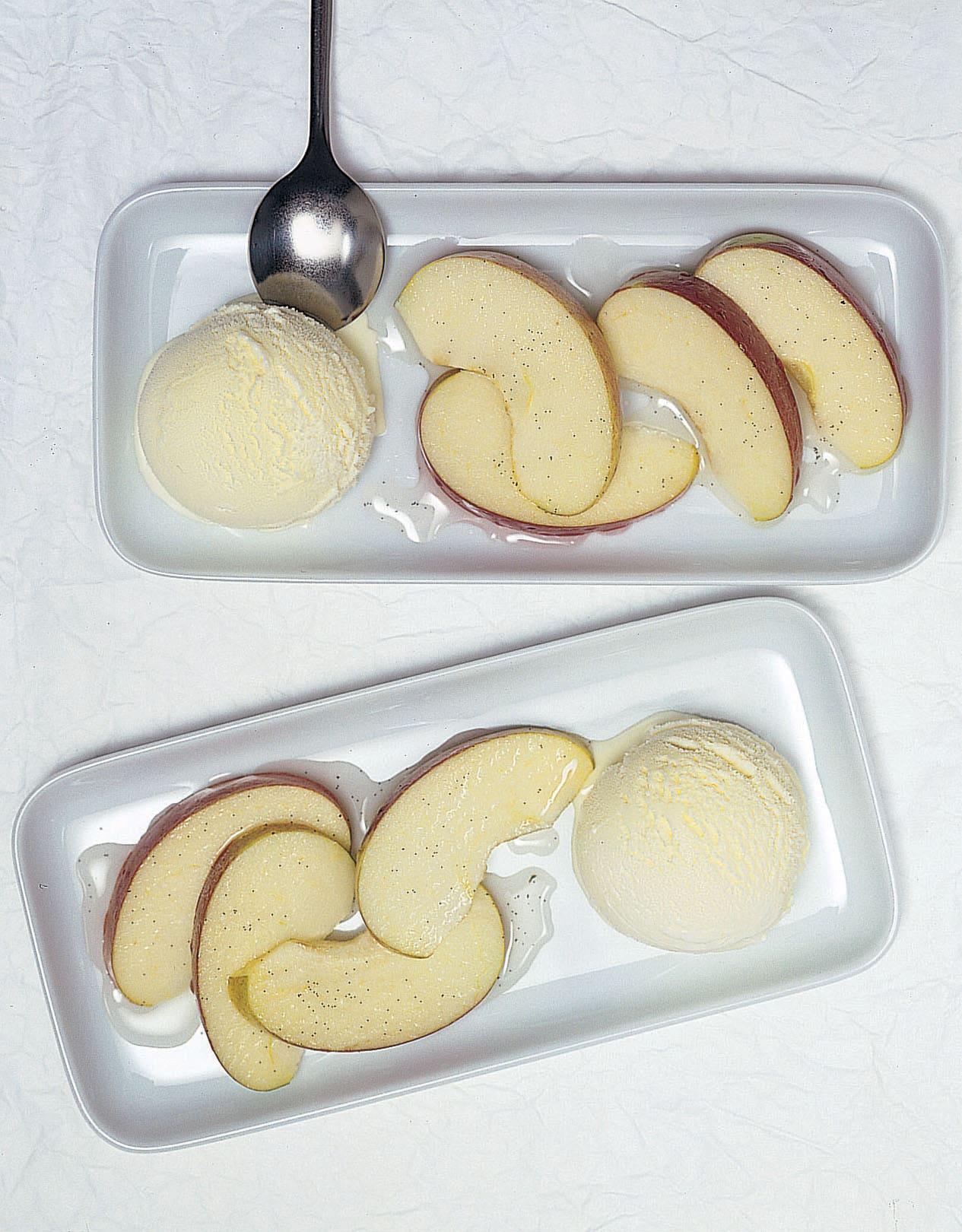 Apfelschnitzchen in Calvados-Sirup
