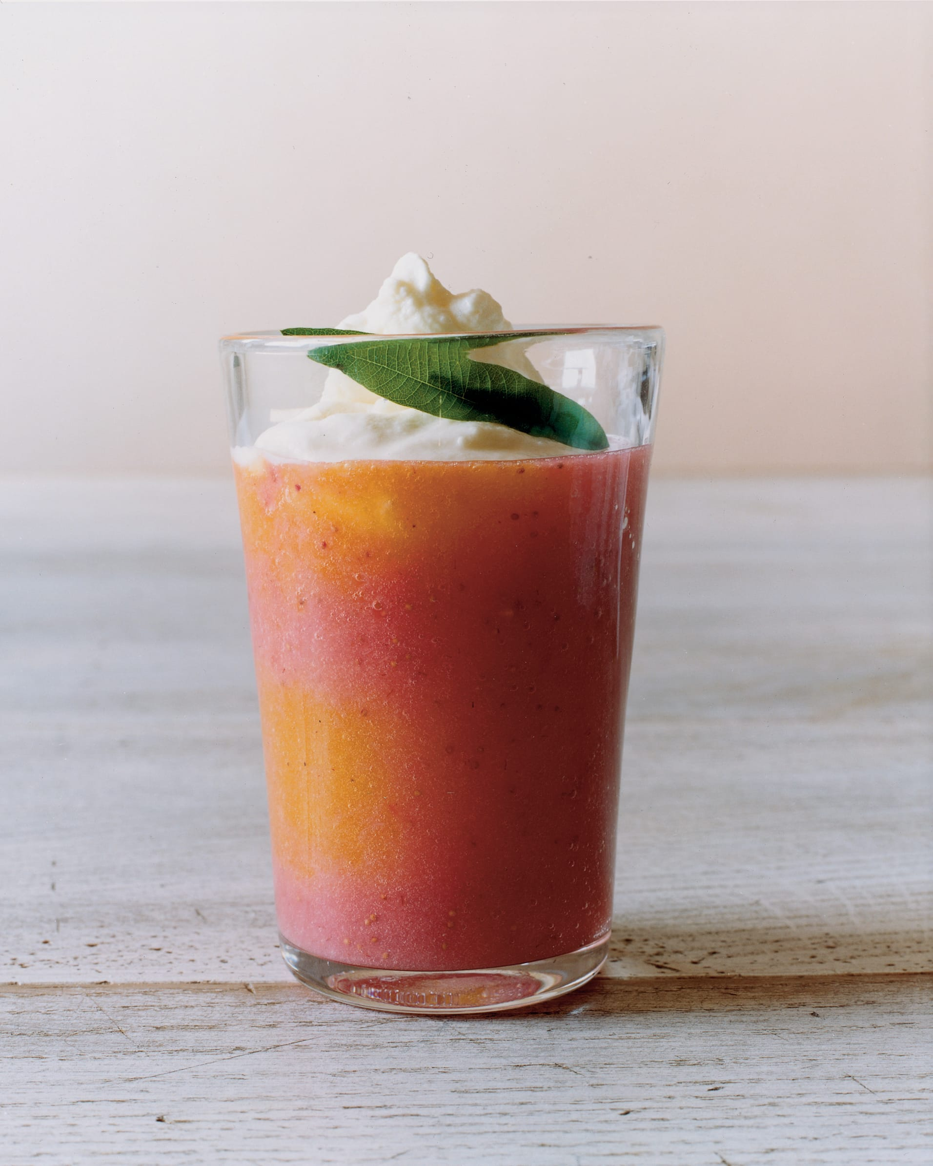 Aprikosen-Erdbeer-Smoothie mit Meringue-Rahm