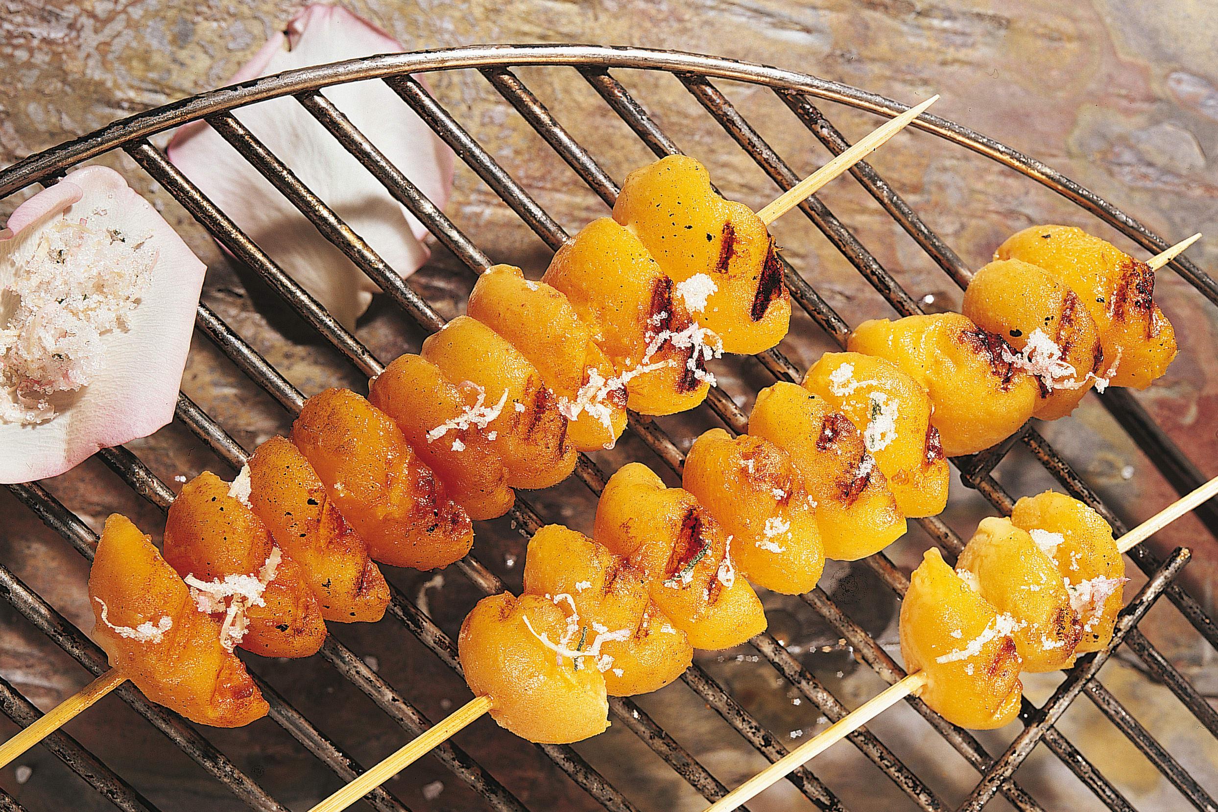 Aprikosenspiesse vom Grill mit Rosen-Salbei-Zucker