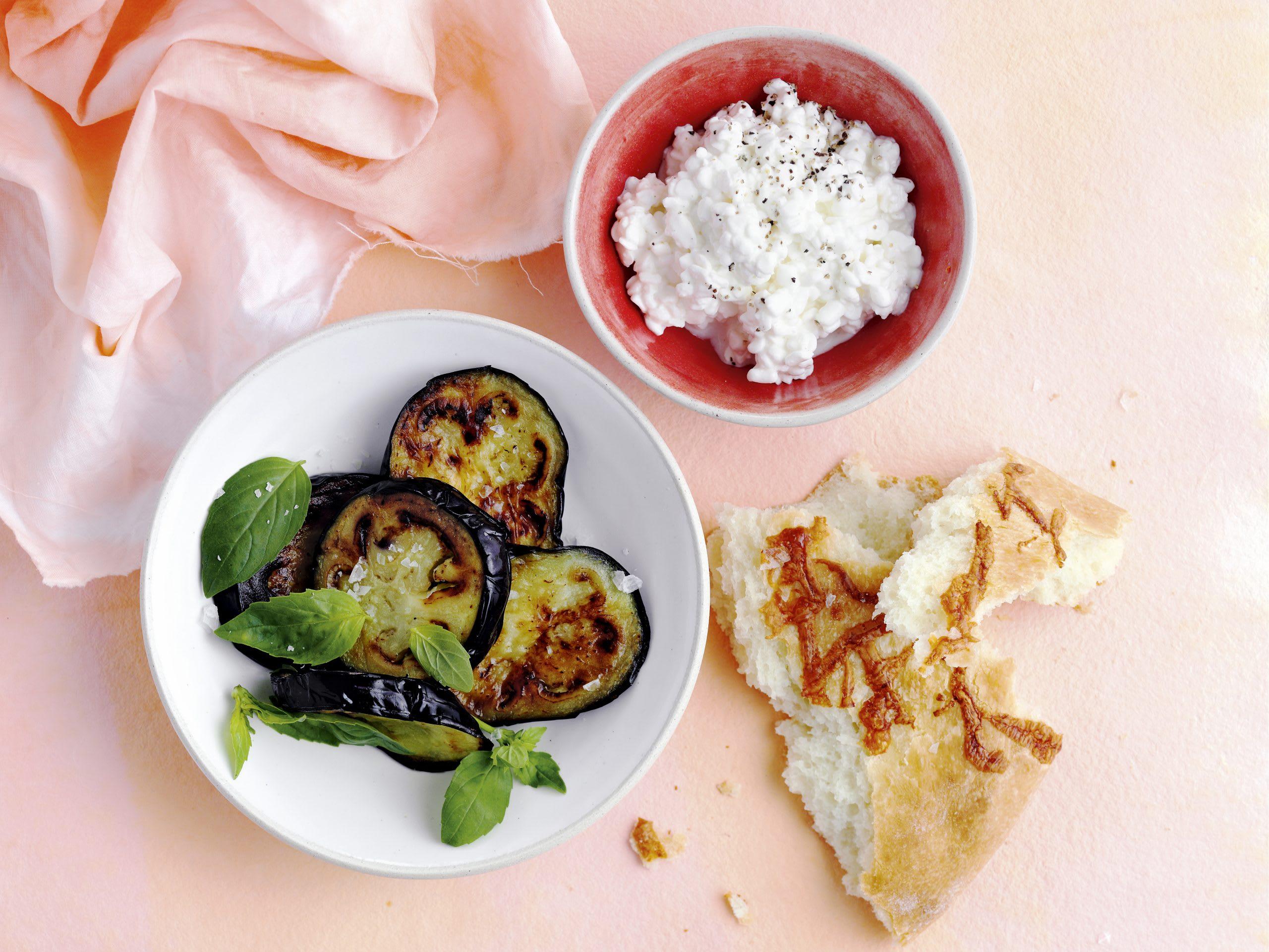 Aubergine mit Hüttenkäse und Focaccia