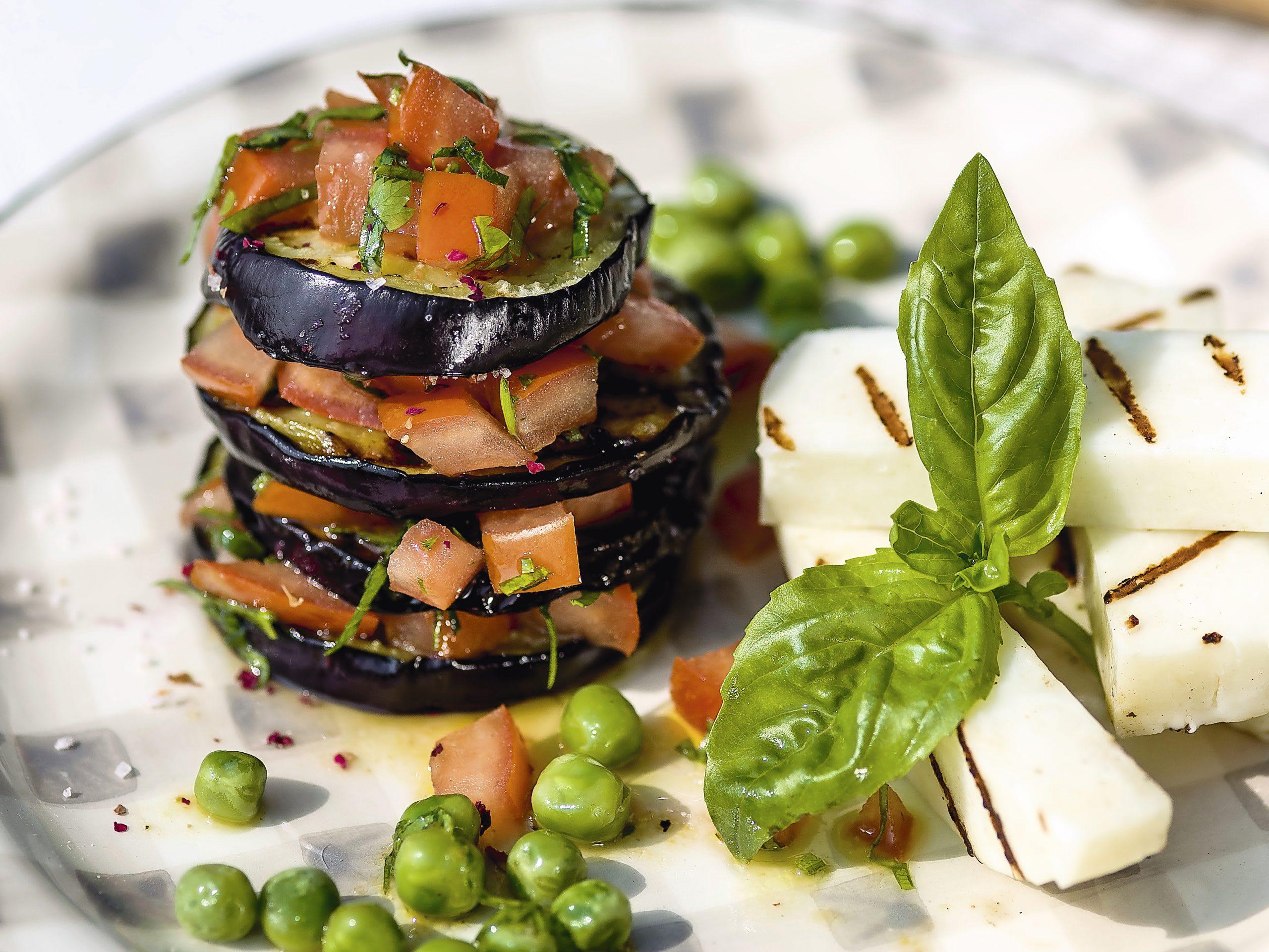 Auberginen-Tomaten-Salat mit Grillkäse