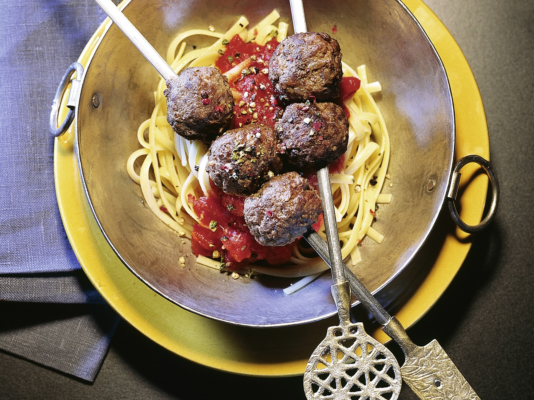 Pâtes à la sauce tomate et brochettes de viande hachée