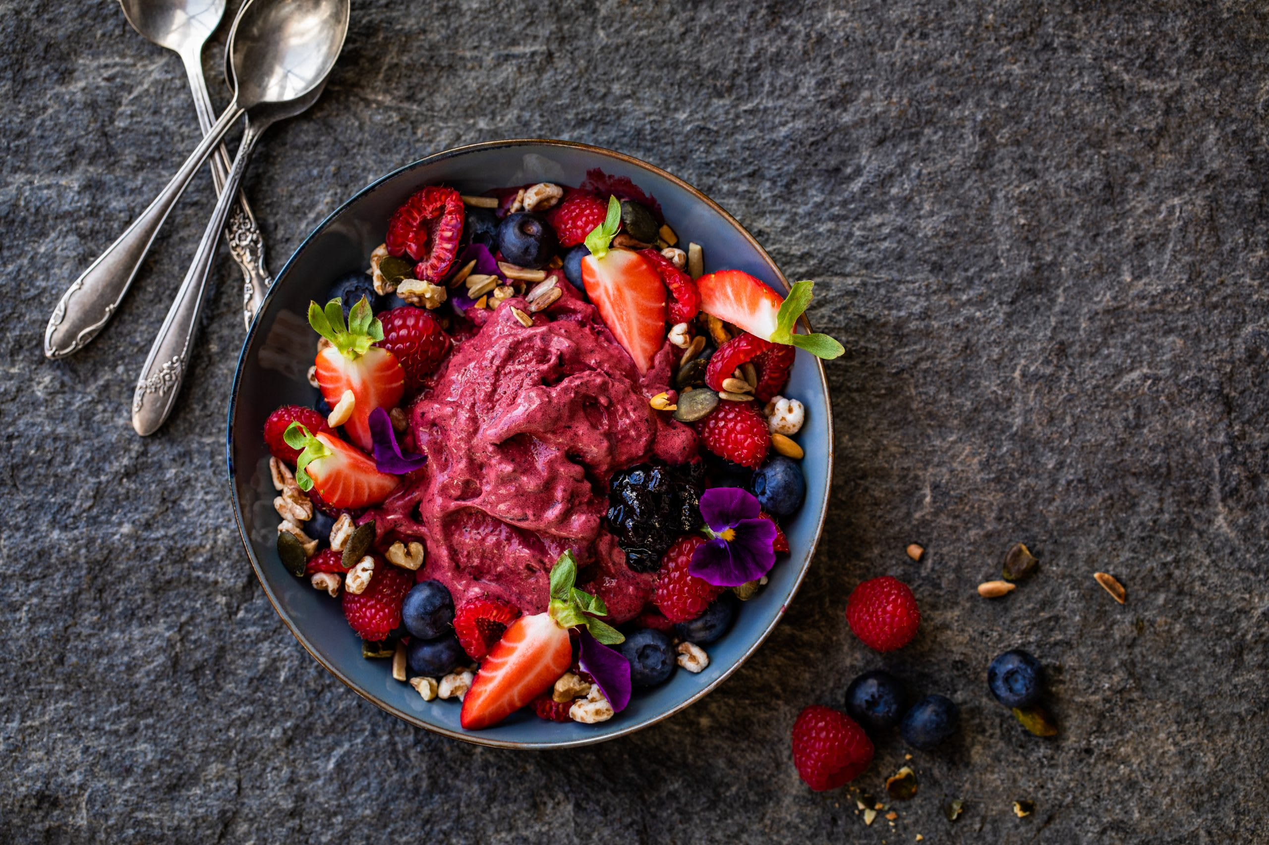 Smoothie bowl glacé aux fruits rouges