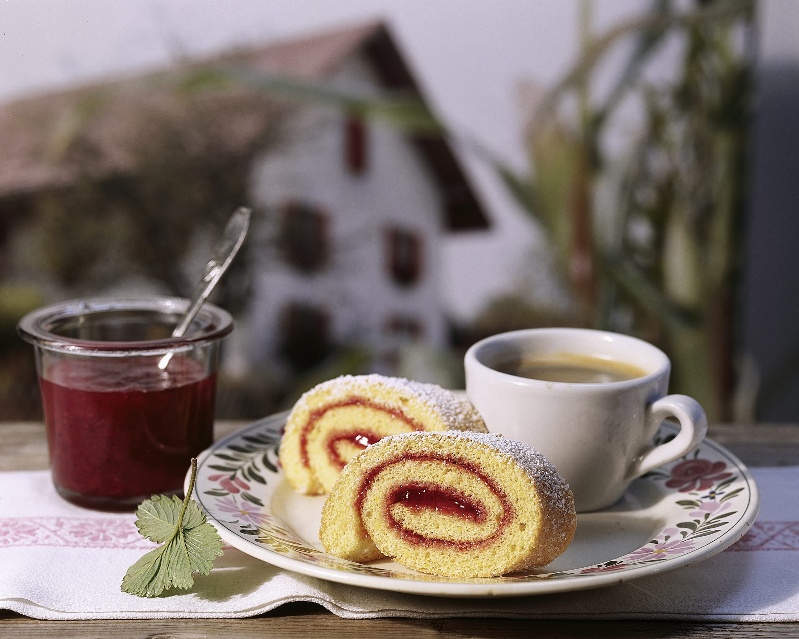 Biskuitroulade mit Erdbeer-Rhabarber-Konfitüre