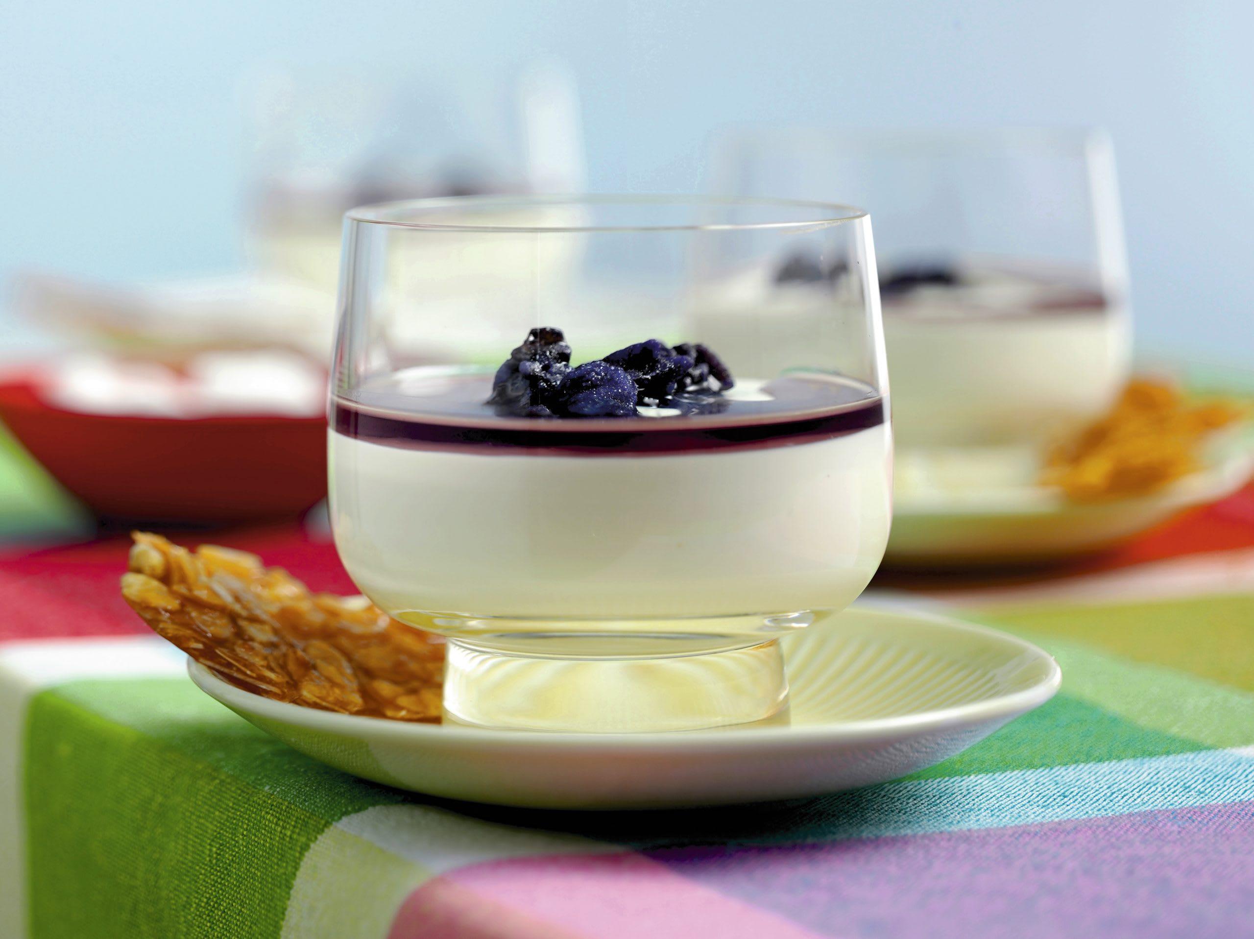 Blanc manger mit Veilchensirup
