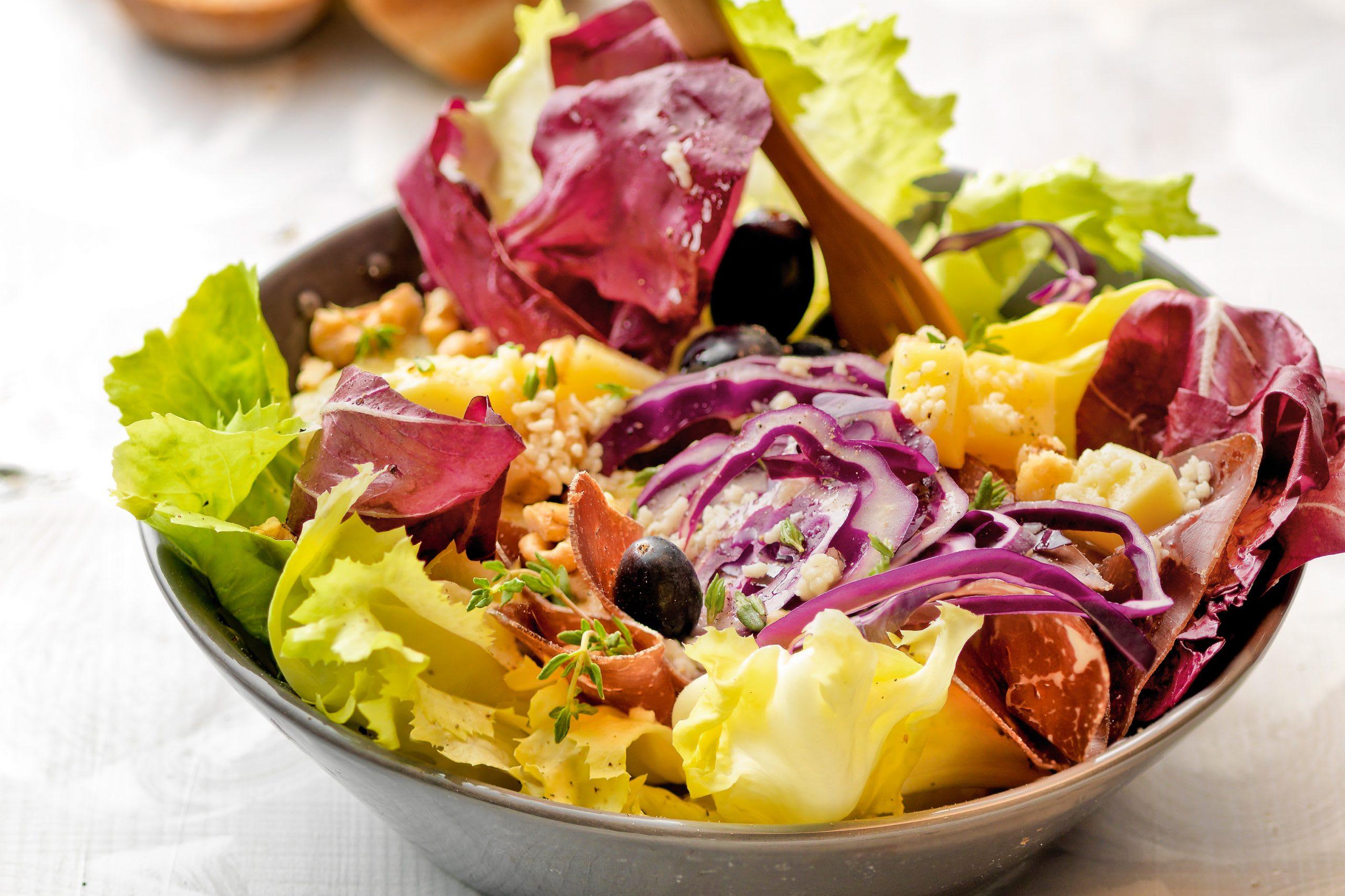 Salade d'automne aux pommes de terre, aux raisins et au fromage
