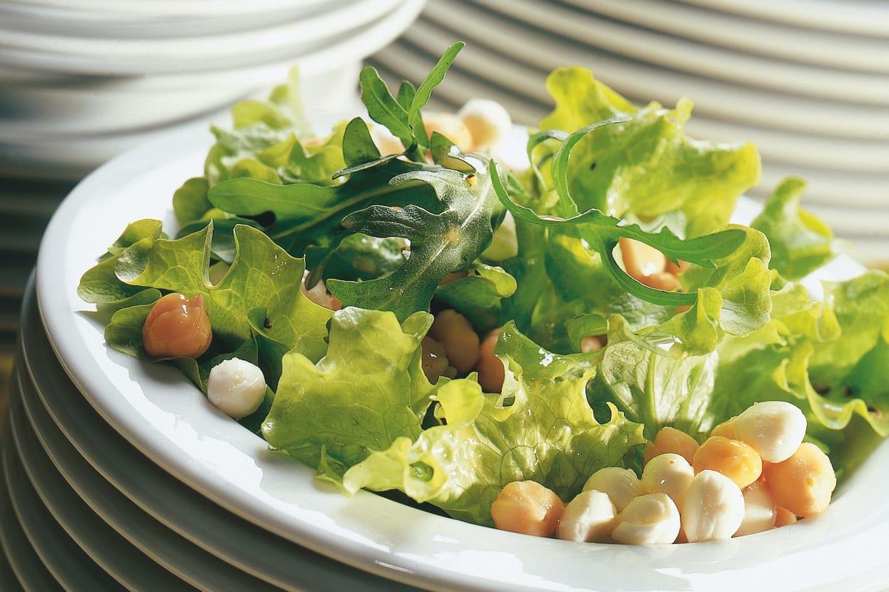Blattsalat mit Kichererbsen und Mozzarella