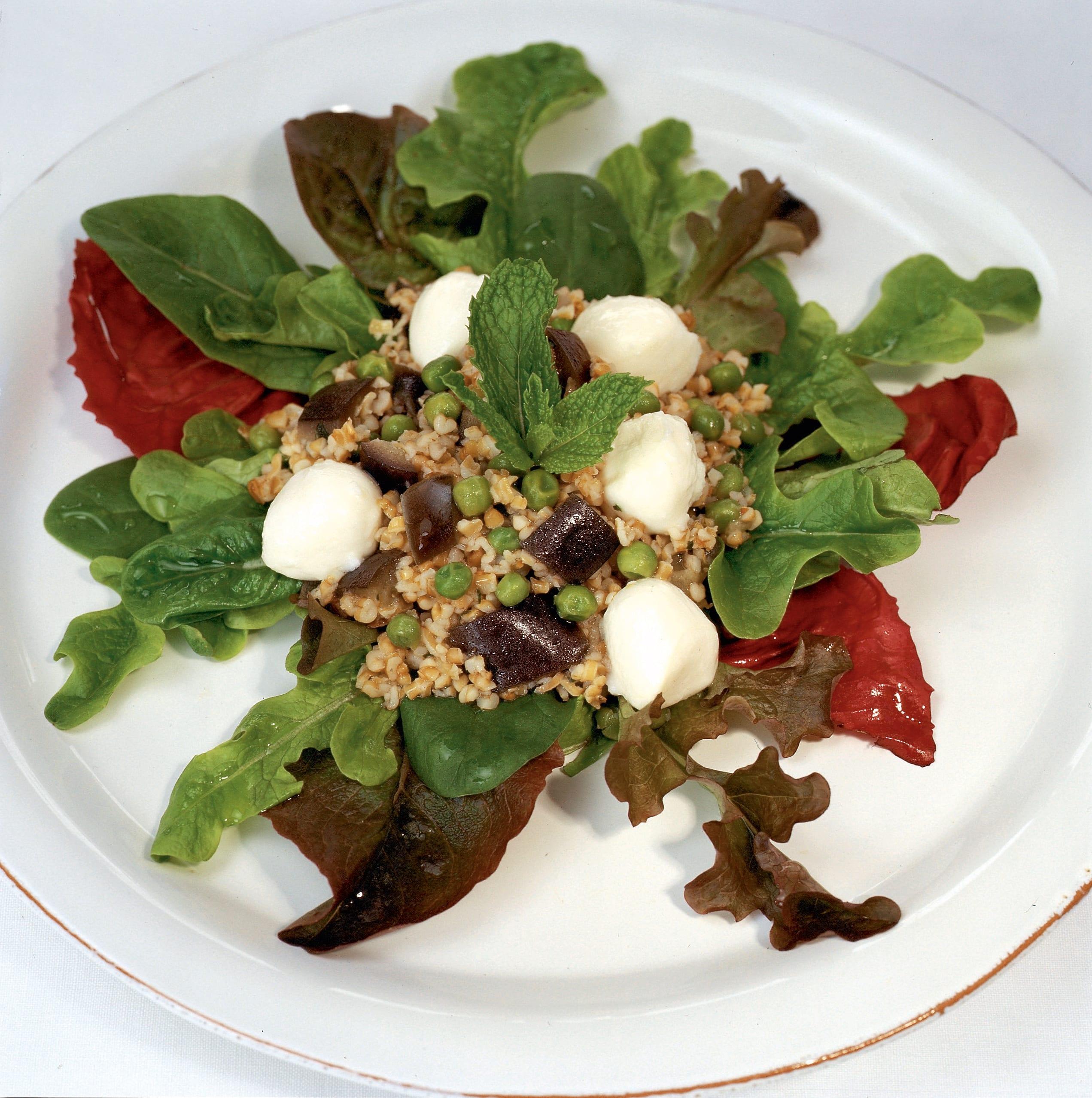 Blattsalat mit Tabouleh, Auberginen und Mozzarella