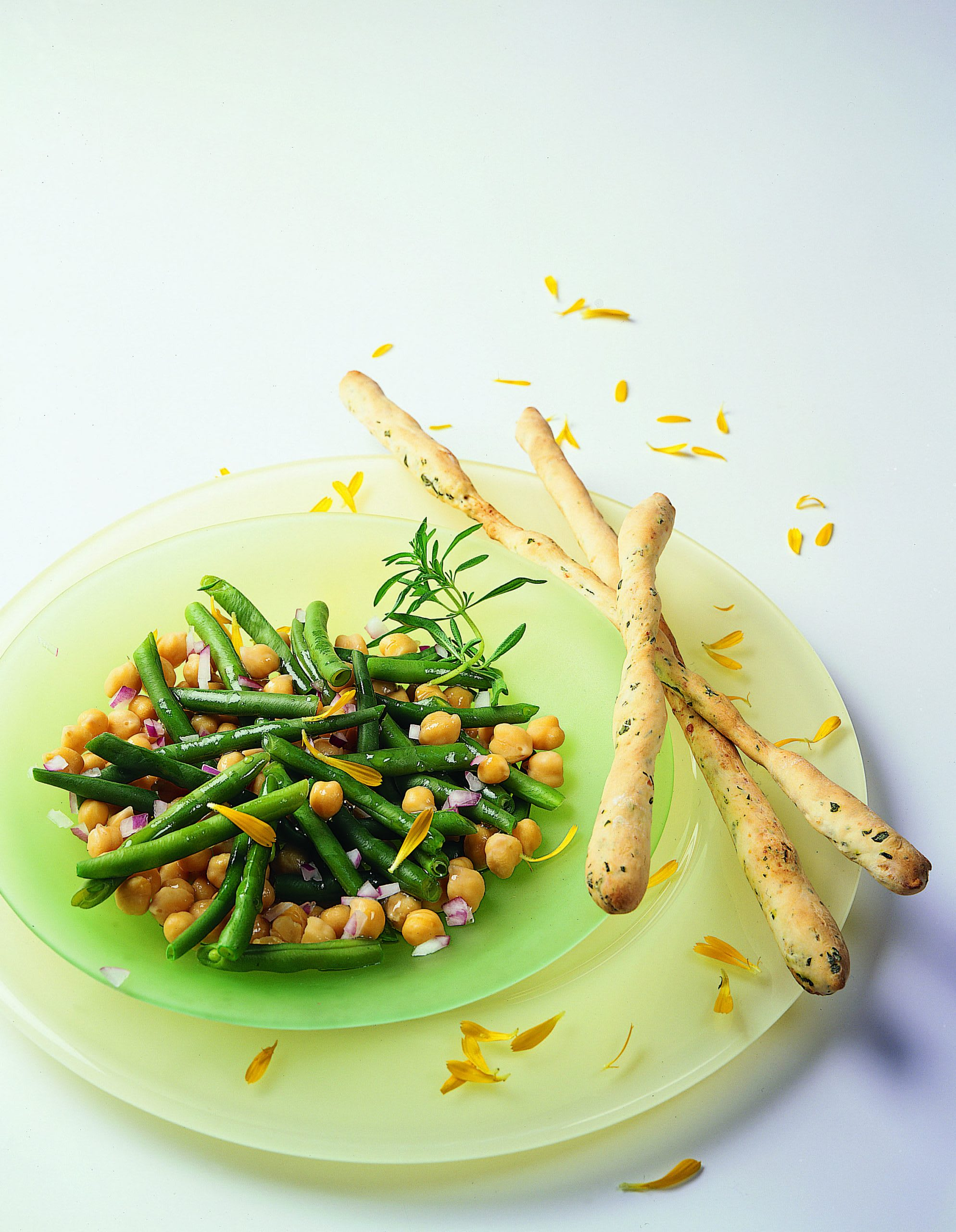 Bohnen-Kichererbsen-Salat mit Kräuter-Käse-Stangen