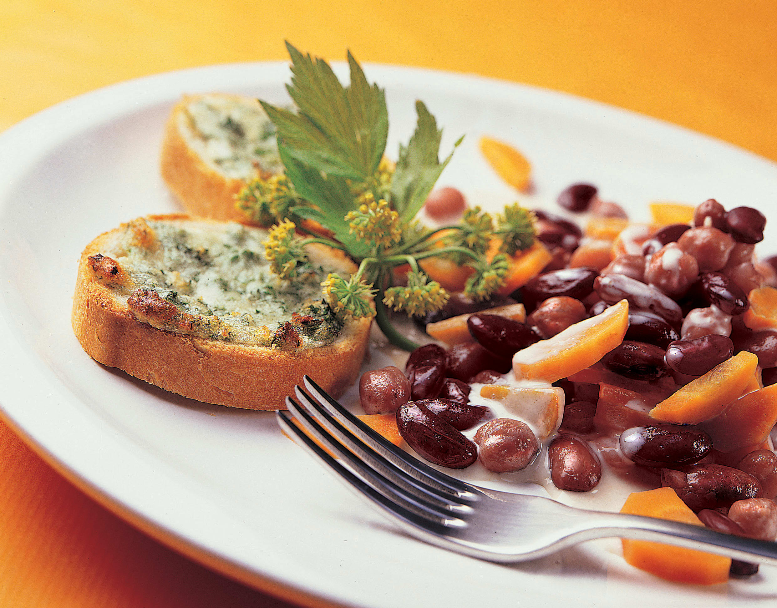 Bohnenragout mit Käse-Kräuter-Toast