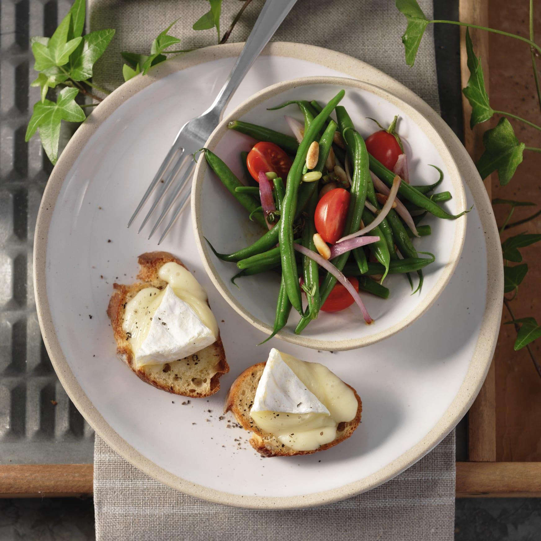 Salade de haricots et crostini au fromage