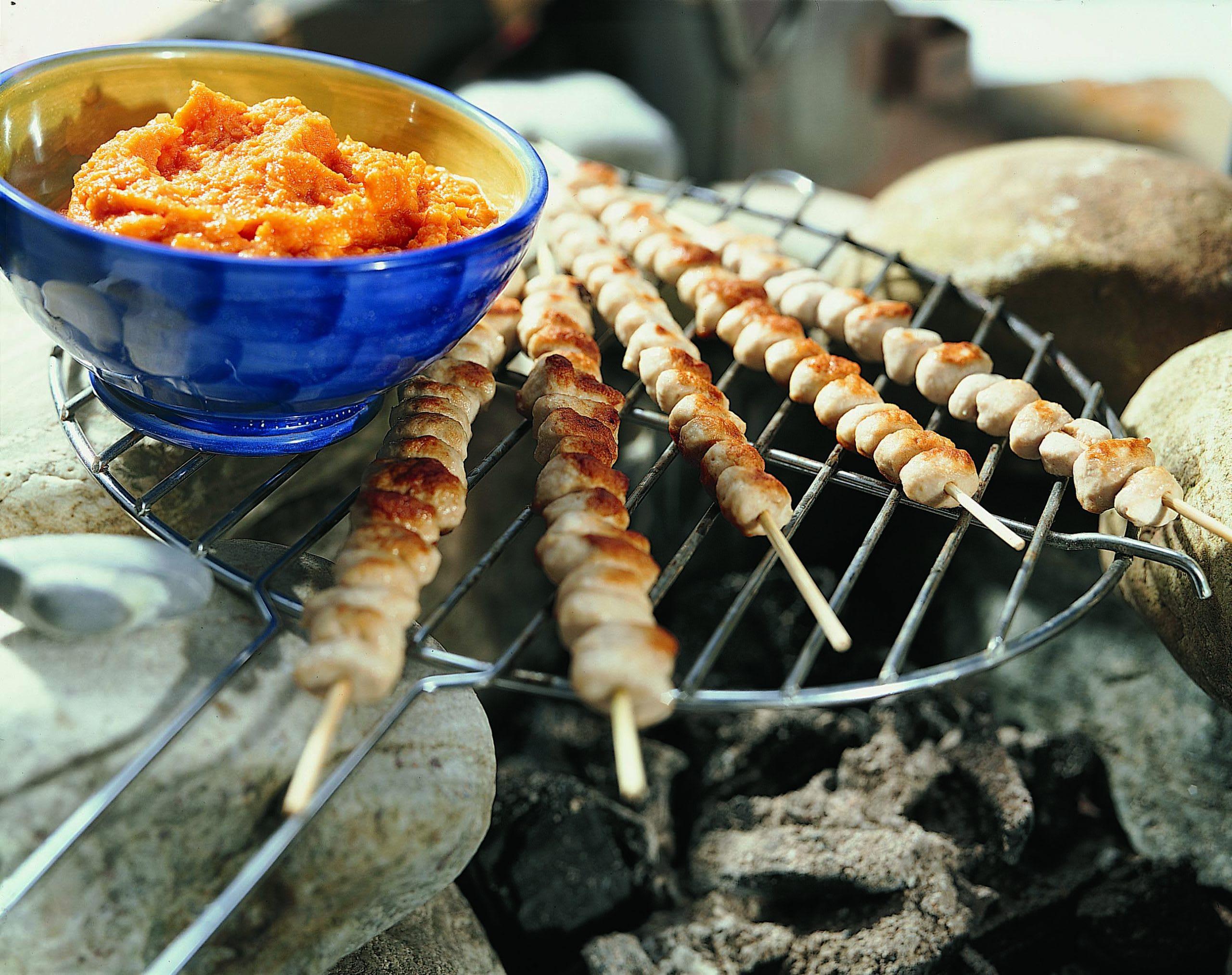 Brochettes de boulettes au barbecue et chutney aux carottes