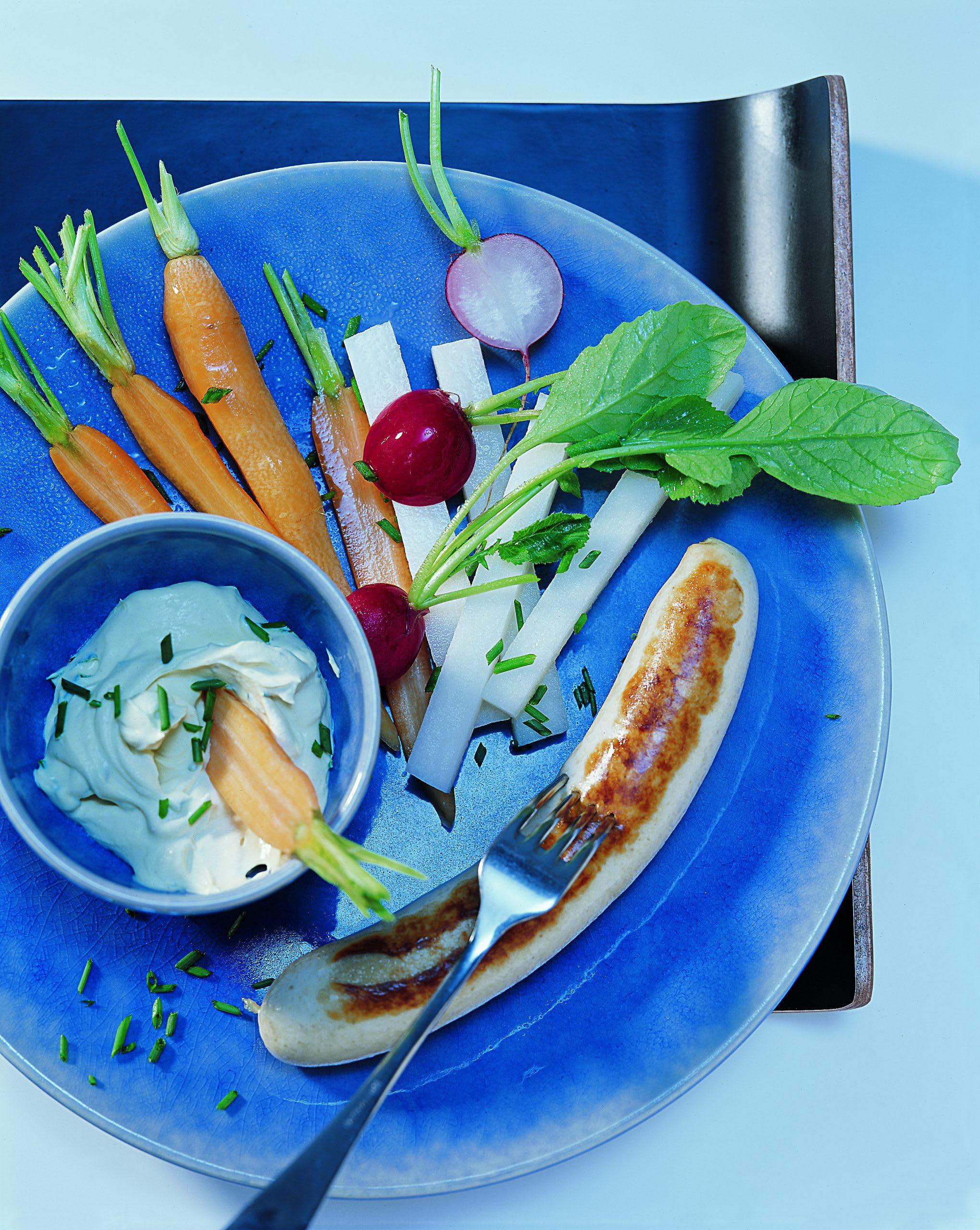 Bratwürste und Gemüse mit Kräutersauce