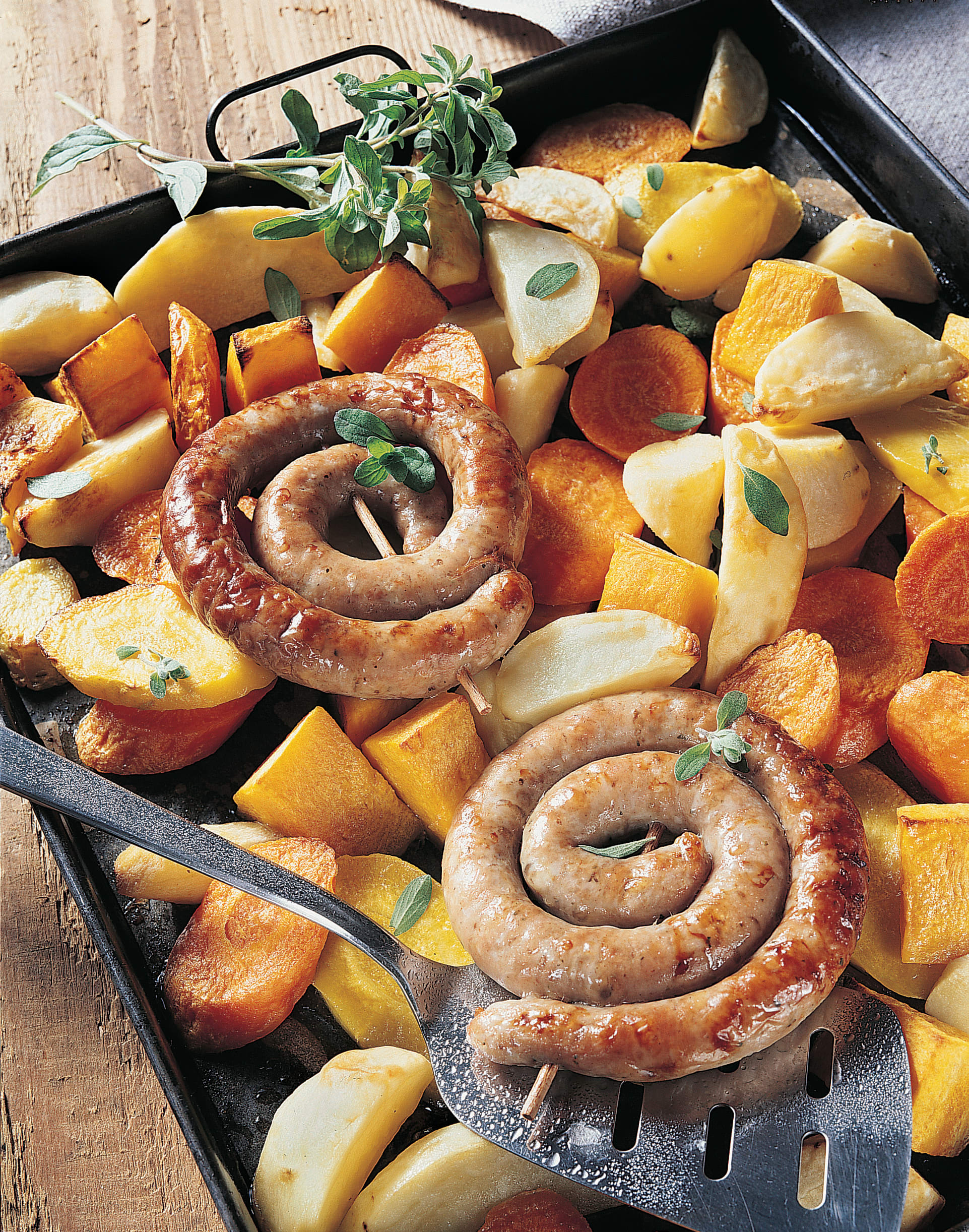 Saucisse à rôtir, pommes de terre au four et légumes