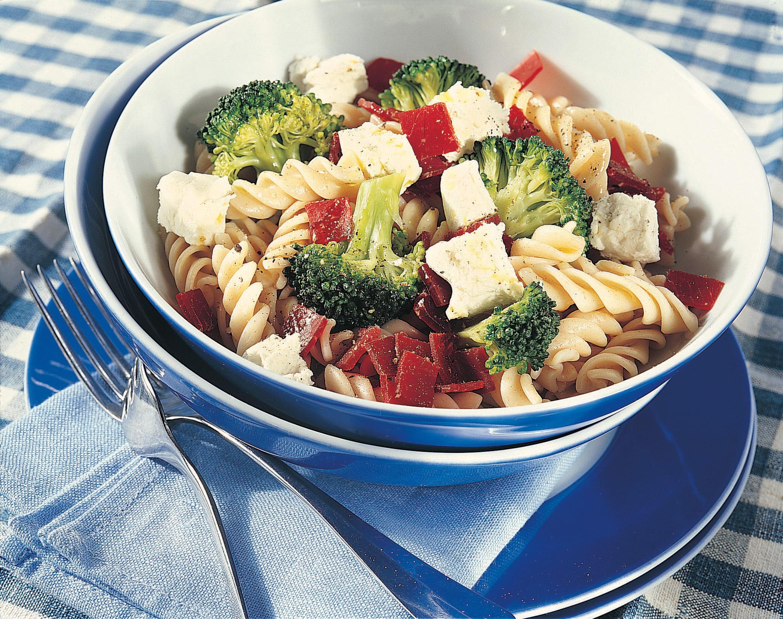 Nudelsalat mit Bünderfleisch, Broccoli und Käse
