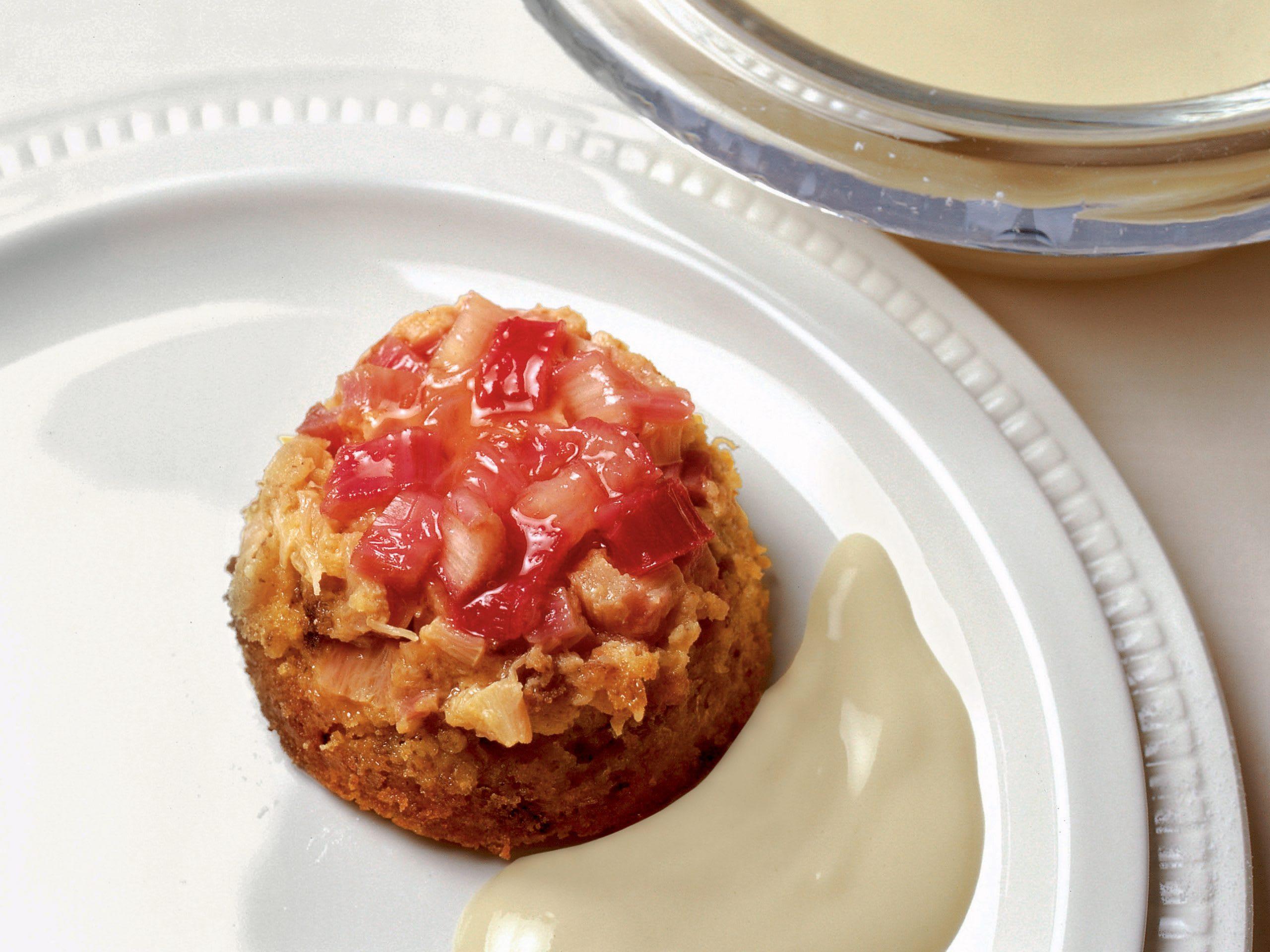 Brot-Rhabarber-Pudding mit Honig-Crème