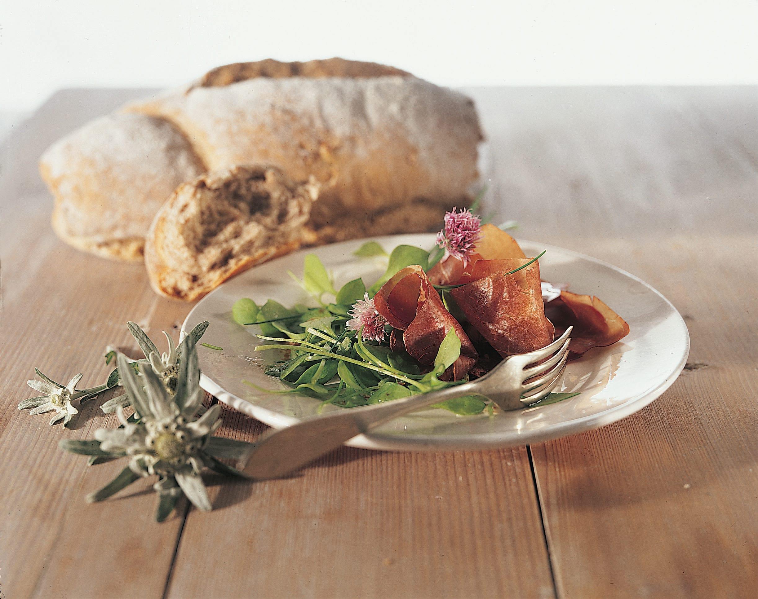 Bündnerfleisch mit Schnittlauch-Nussöl-Vinaigrette und Nussbrot