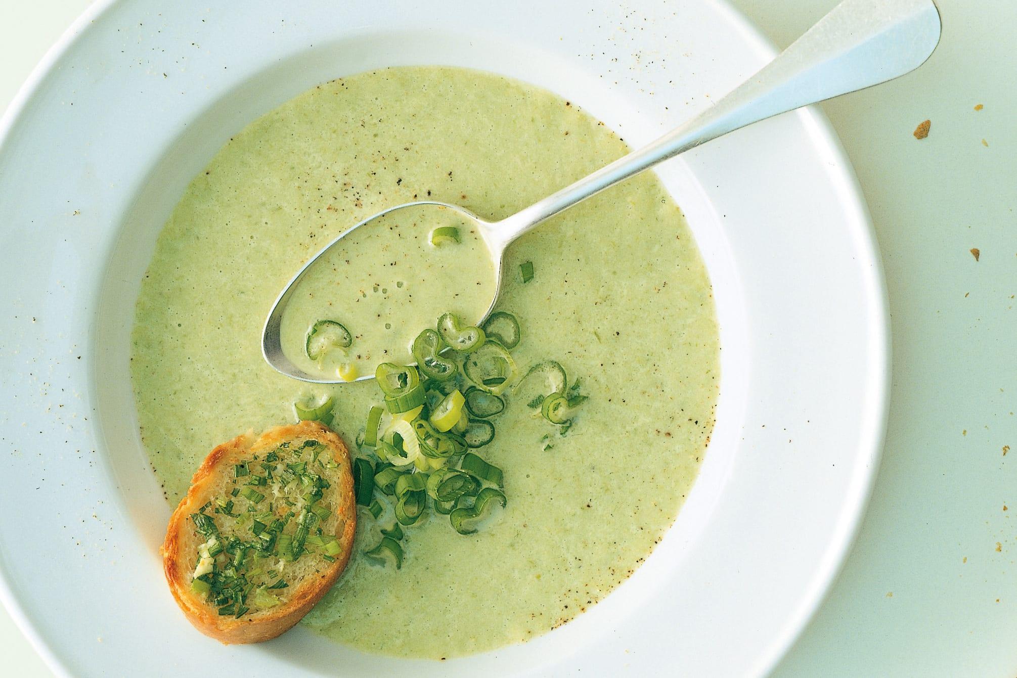 Soupe à l'oignon blanc et croûtons à l'ail