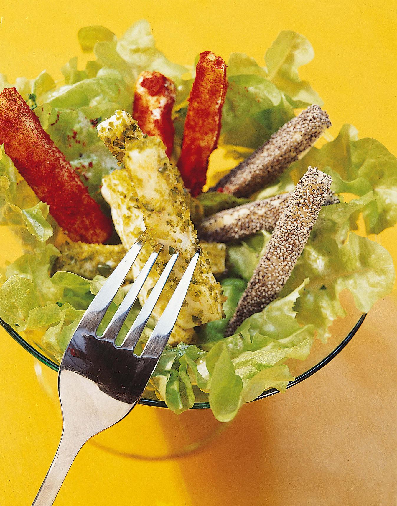 Bunte Käsestäbchen auf Salat