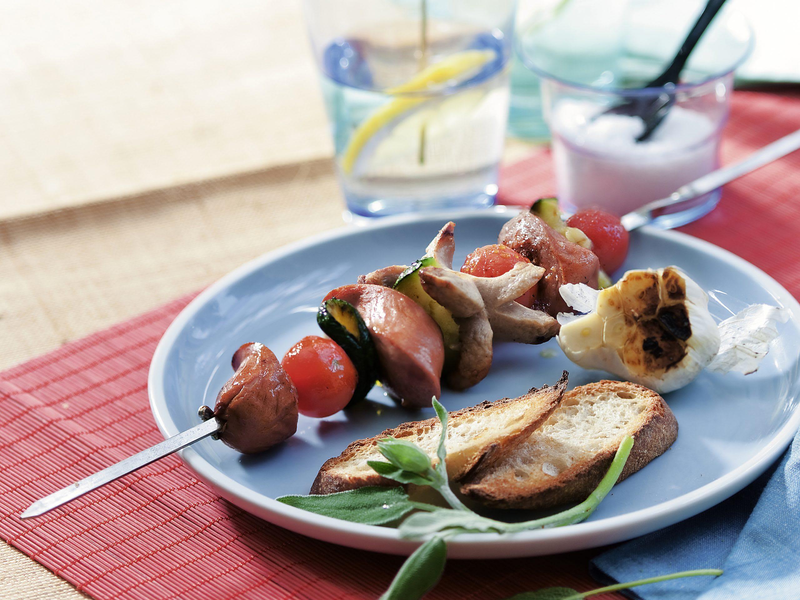 Brochettes de saucisses multicolores au barbecue