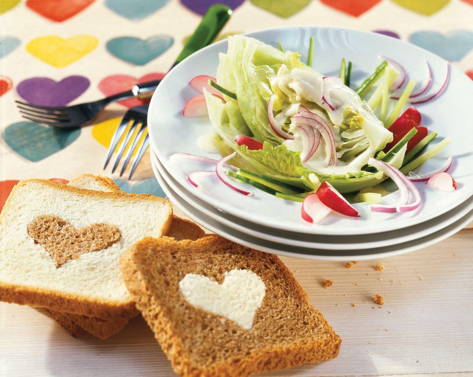 Bunter Eisbergsalat mit Herz-Brot