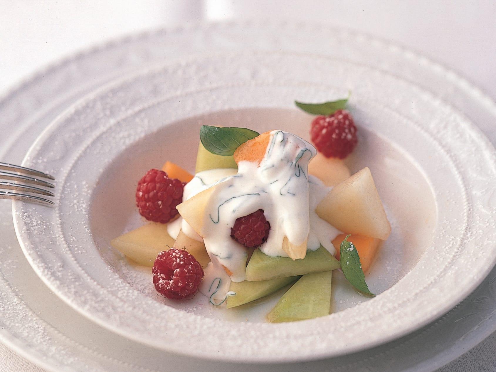 Bunter Melonensalat mit Basilikumsauermilch