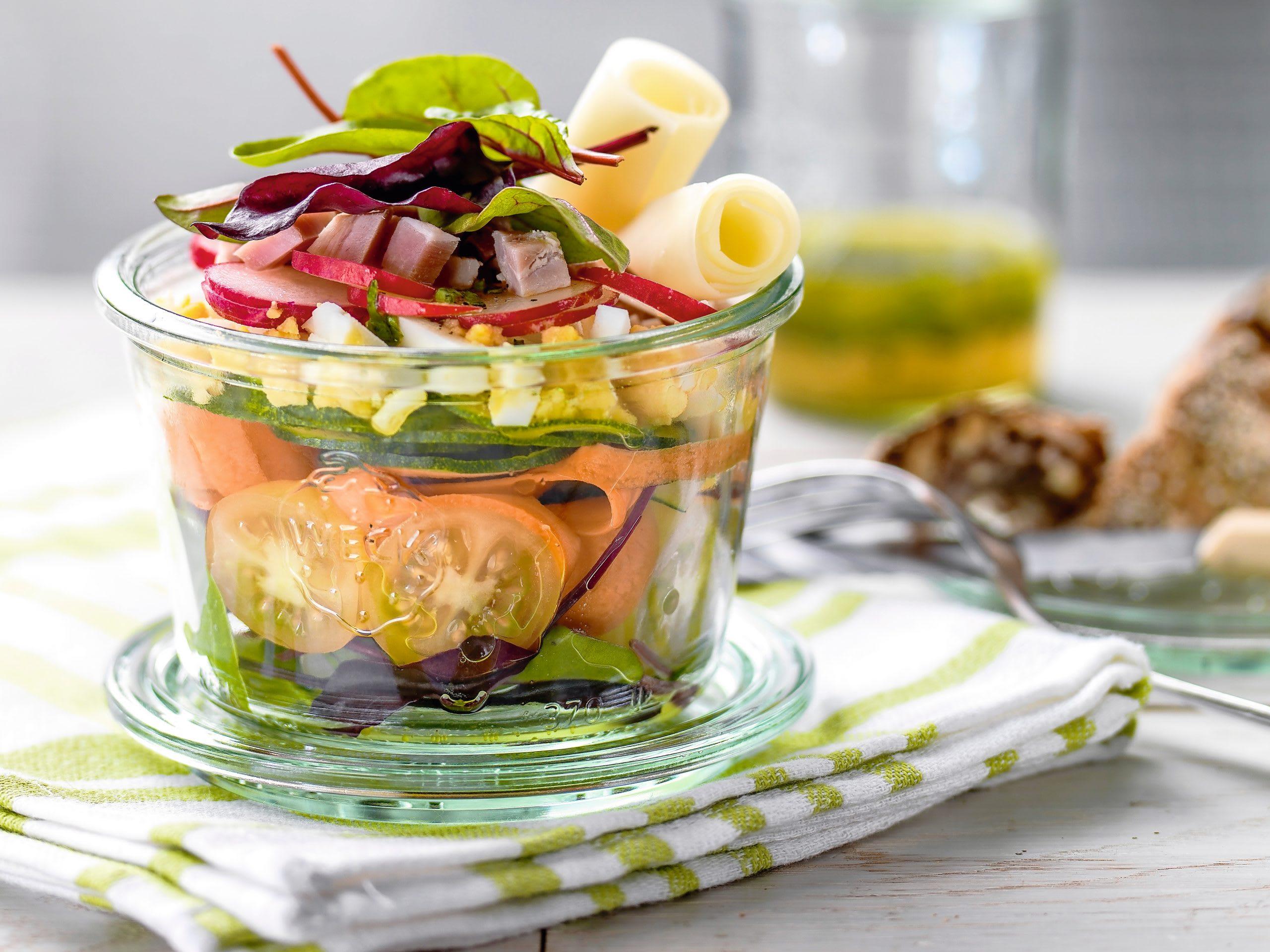 Bunter Salat im Glas mit Schinken und Ei (Low Carb)