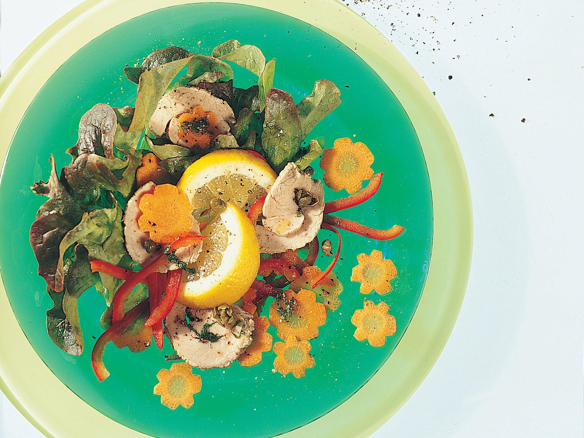 Bunter Salat mit pochiertem Kalbfleisch