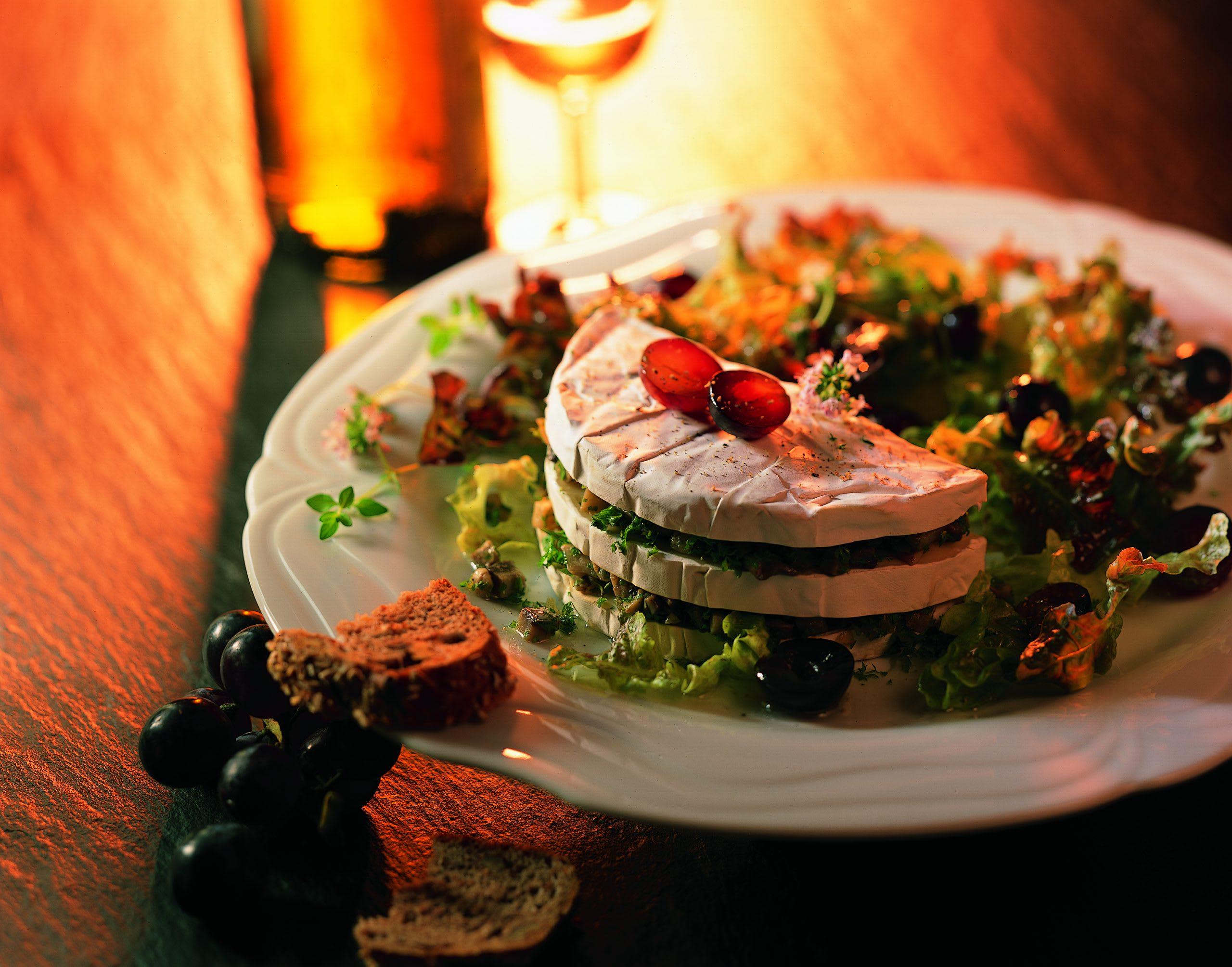 Camembert mit Pilzfüllung auf herbstlichem Salat