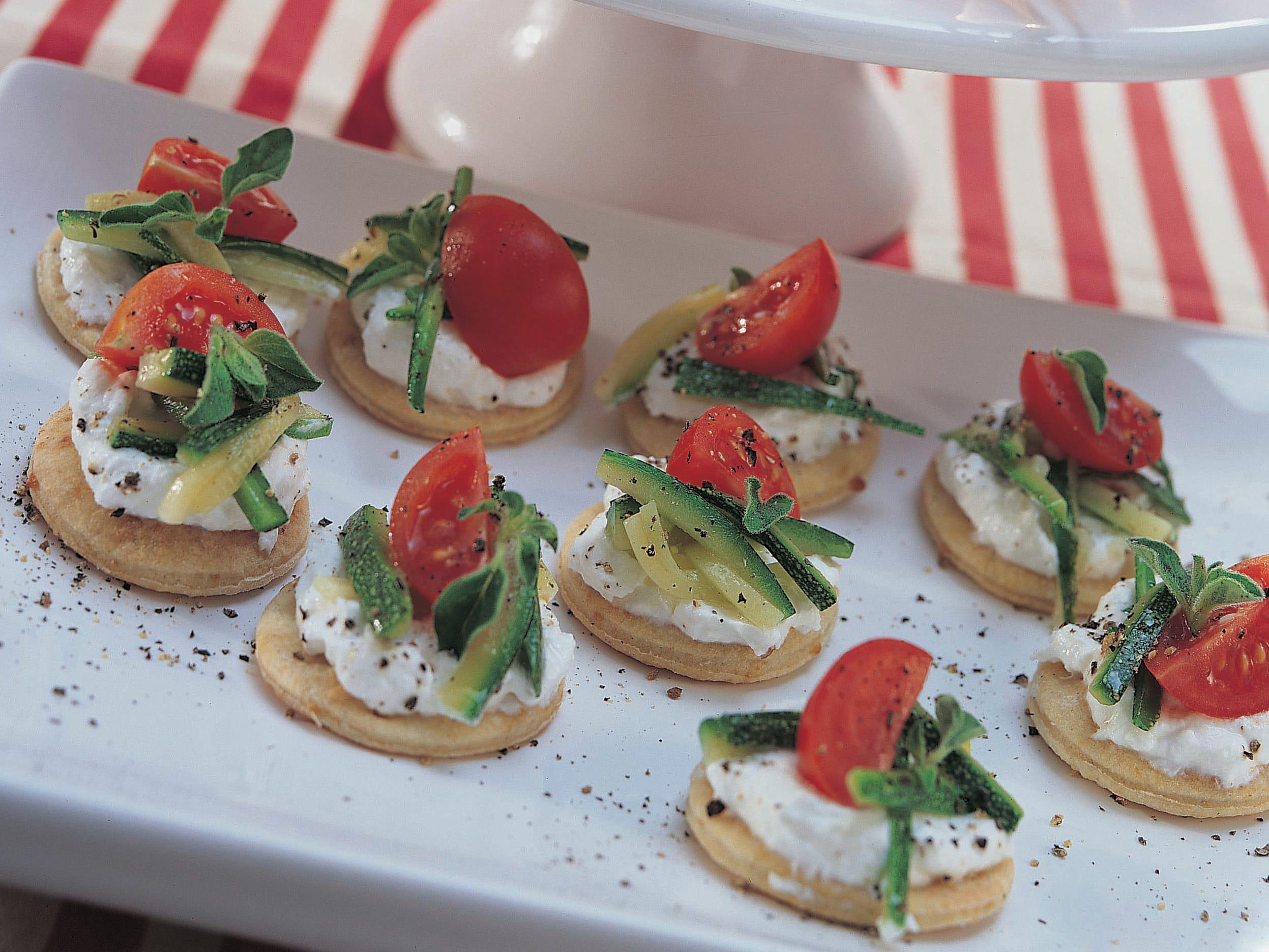 Canapés mit Ricotta, Zucchini und Cherrytomaten