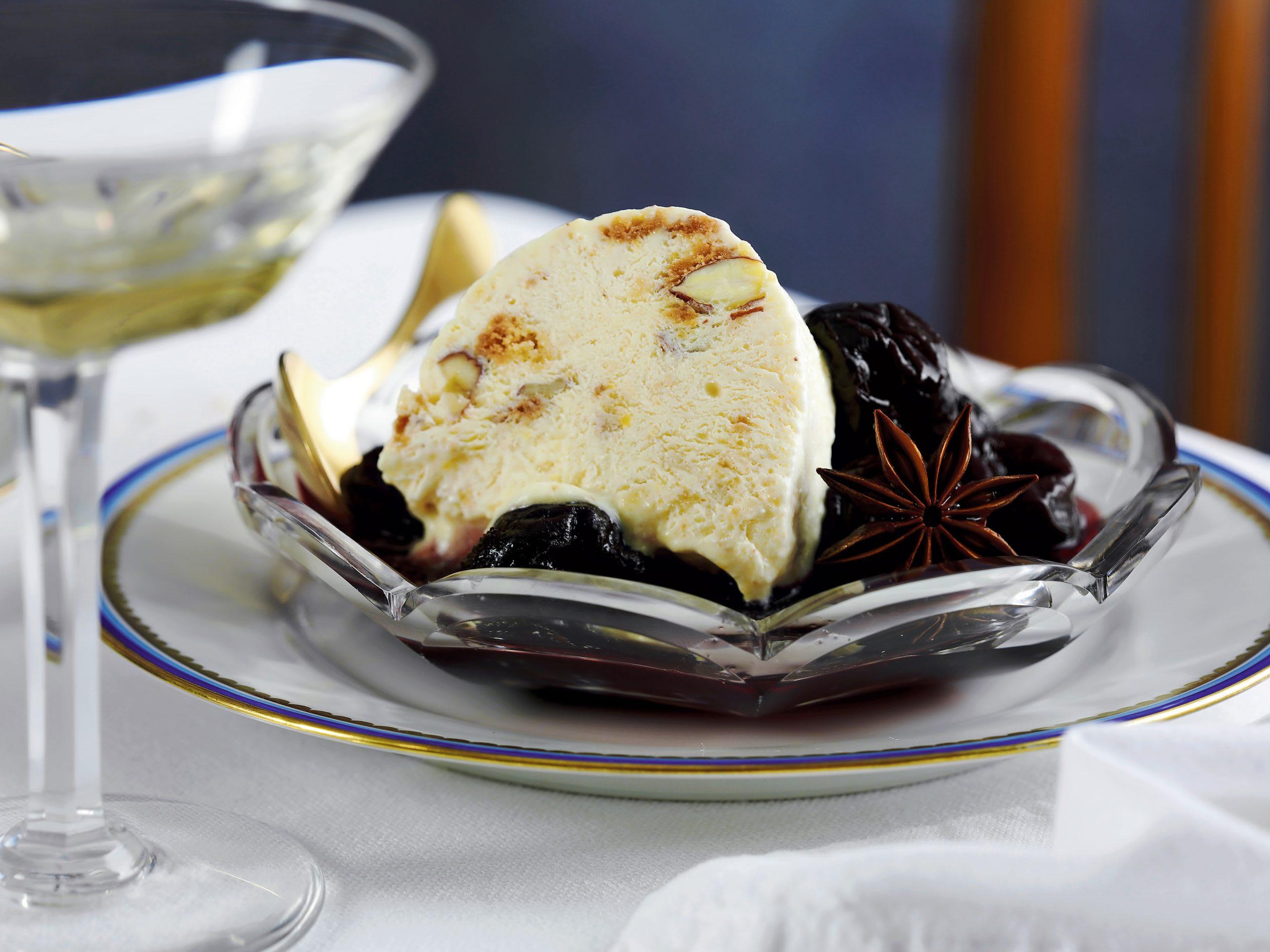 Bûche glacée aux cantucci et sauce au vin rouge et aux pruneaux