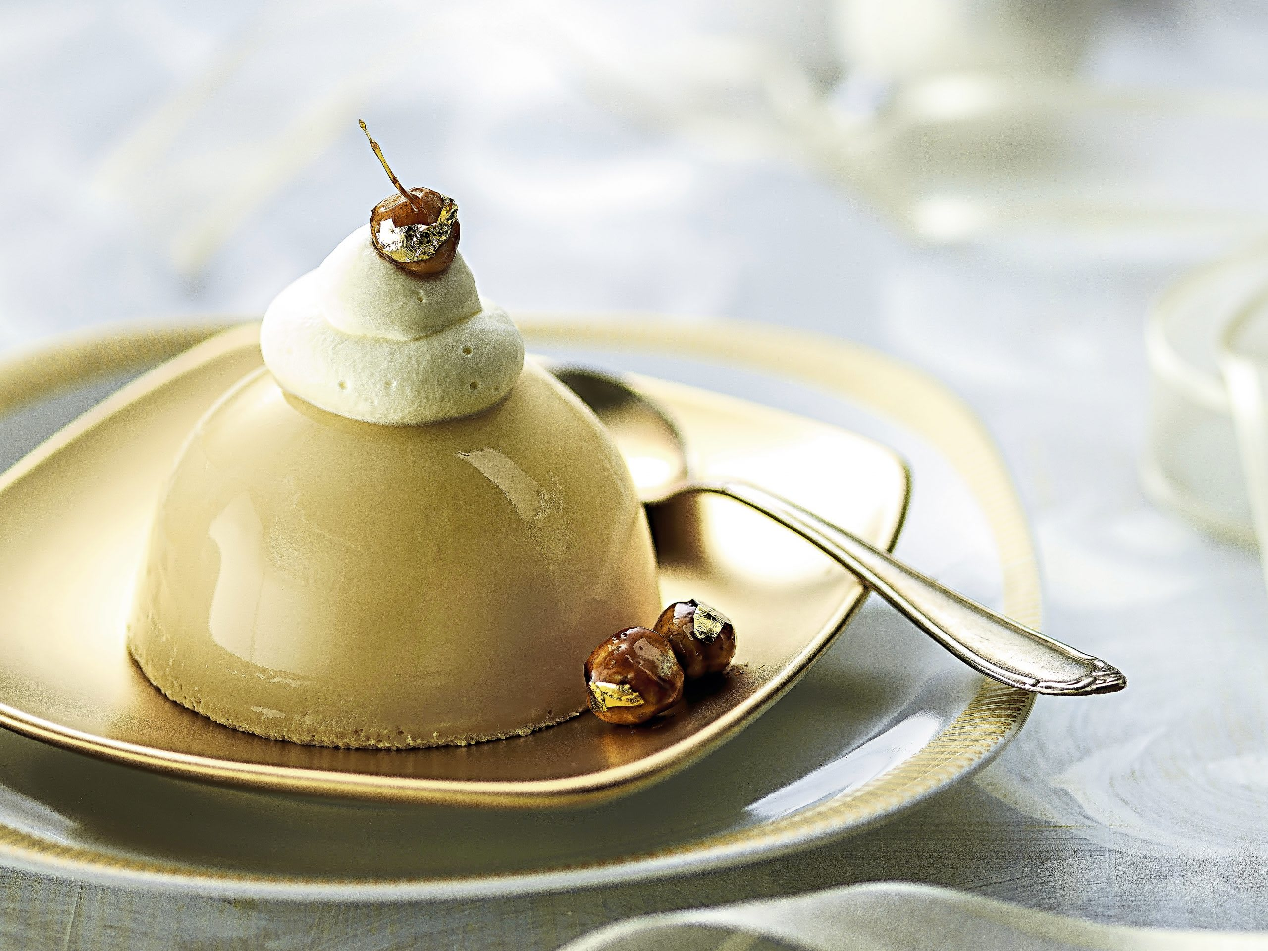 Caramel-Panna-cotta mit Goldnüssen