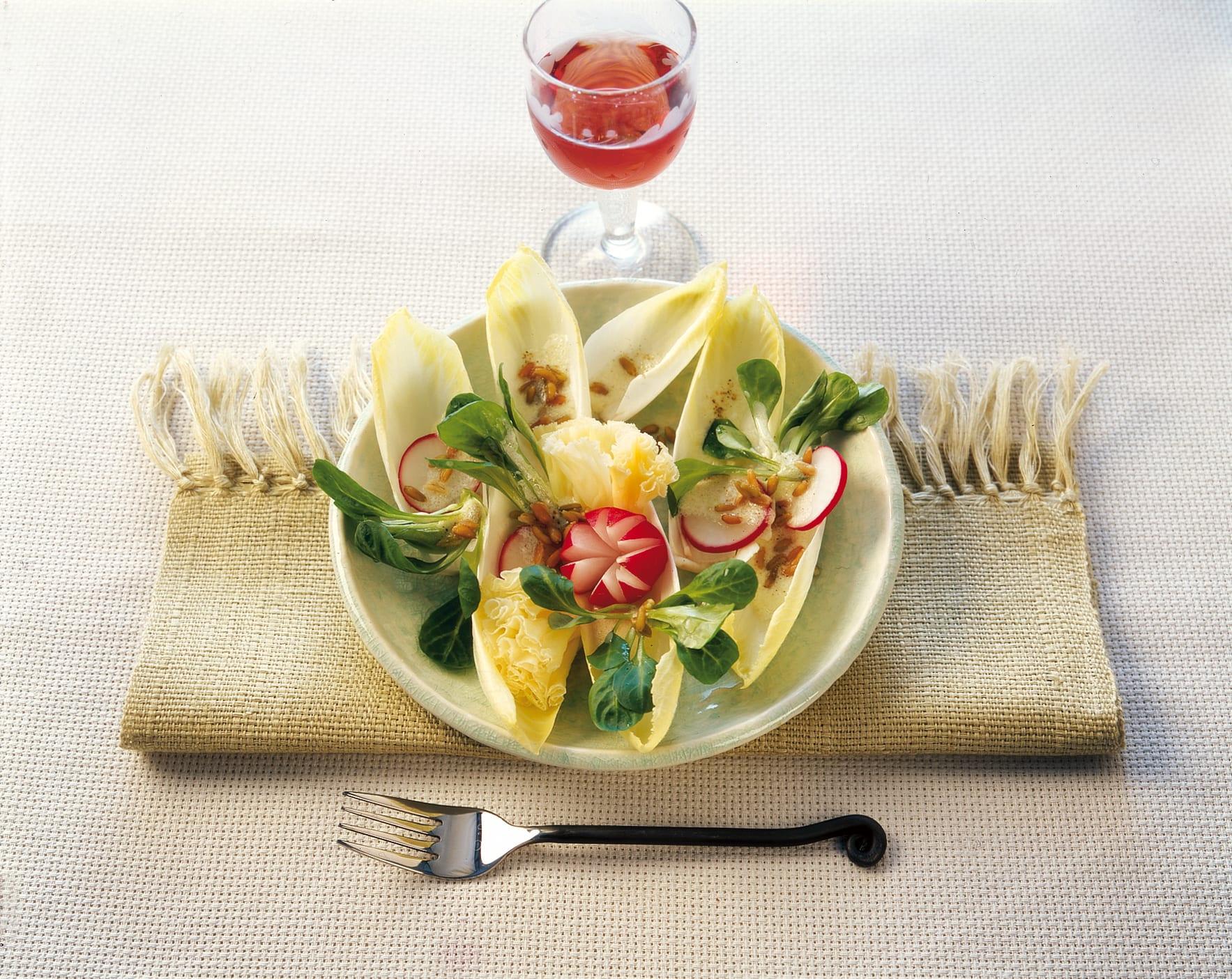 Salade d'endives et de rampon aux pousses de froment et à l'ail des ours