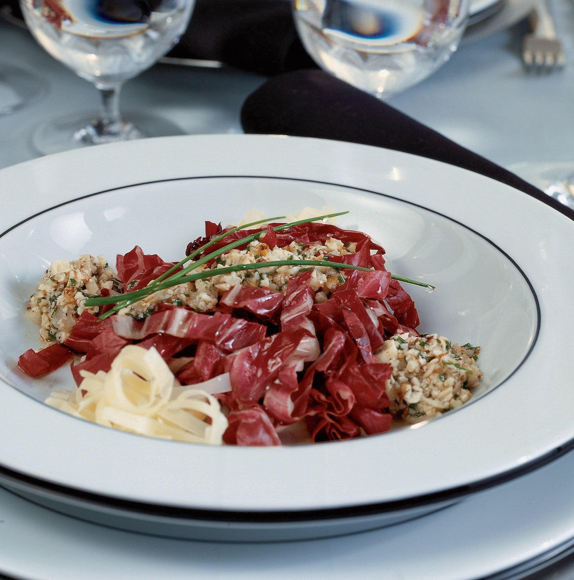Salade de Trevise avec vinaigrette aux noix et au sbrinz