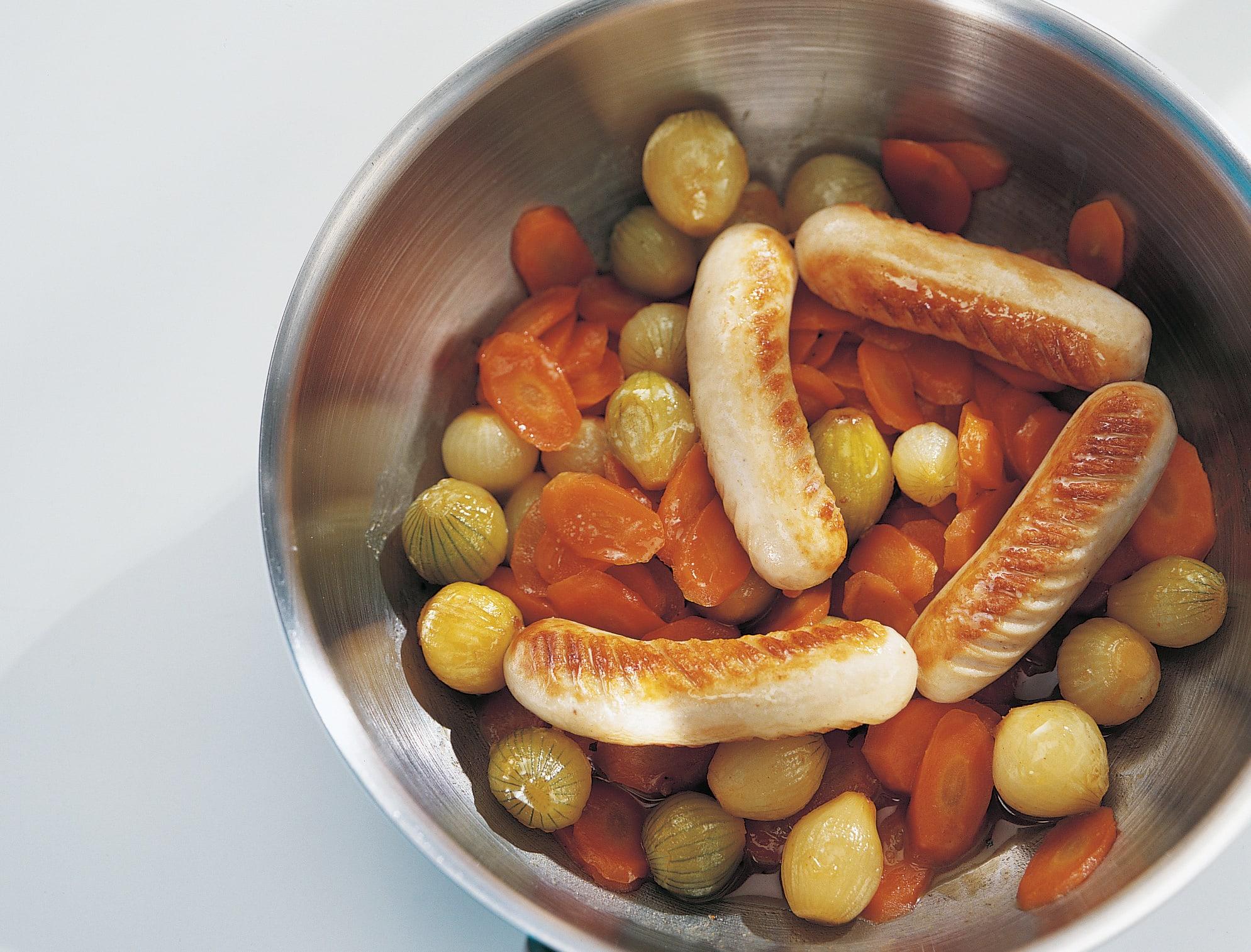 Chipolatas aux oignons glacés et aux carottes