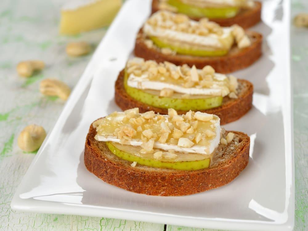 Crostini au camembert, aux poires et aux noix